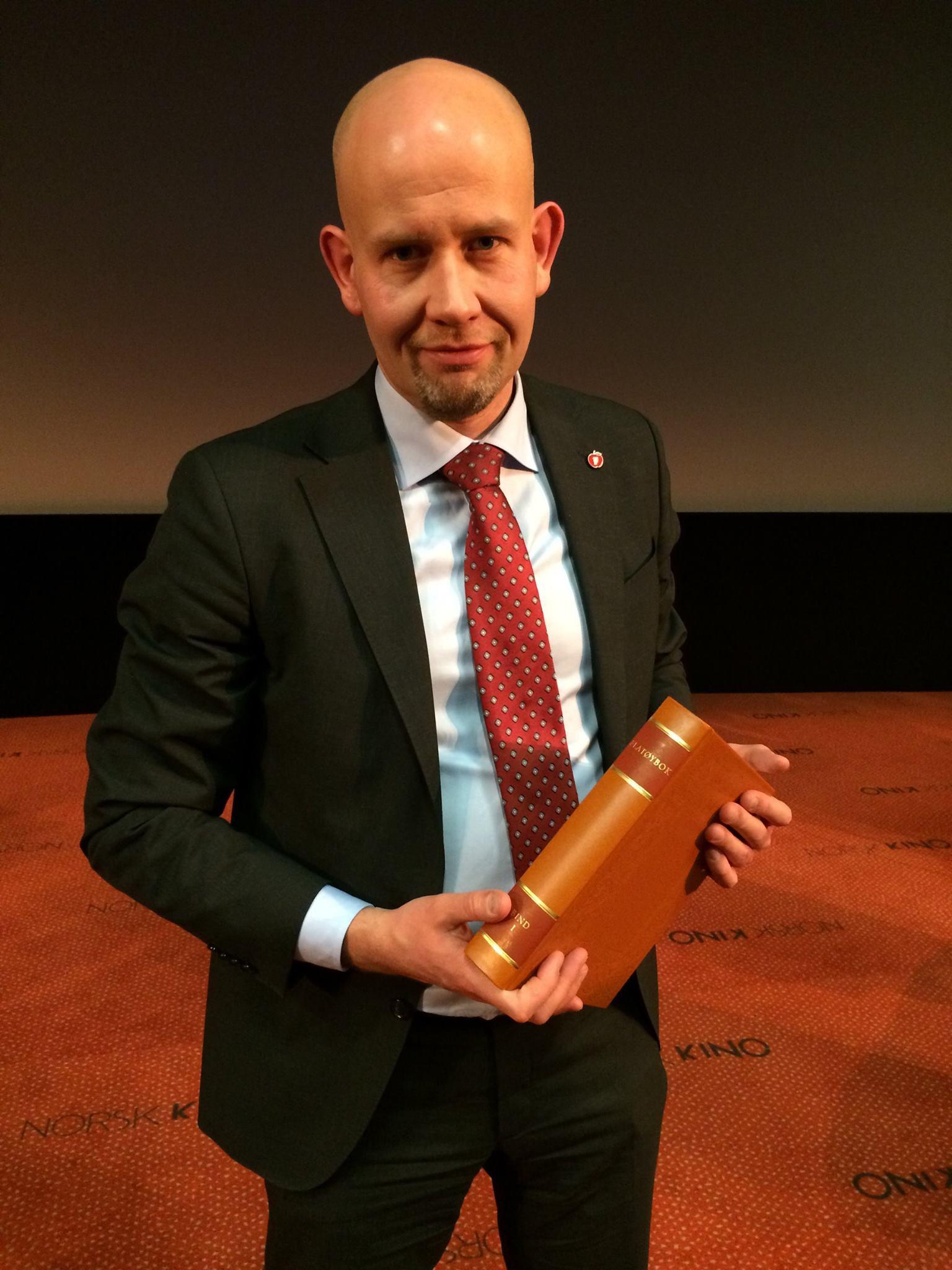 Former Norwegian minister of petrolium and energy Tord Lien with Flateyjarbok vol. 1.