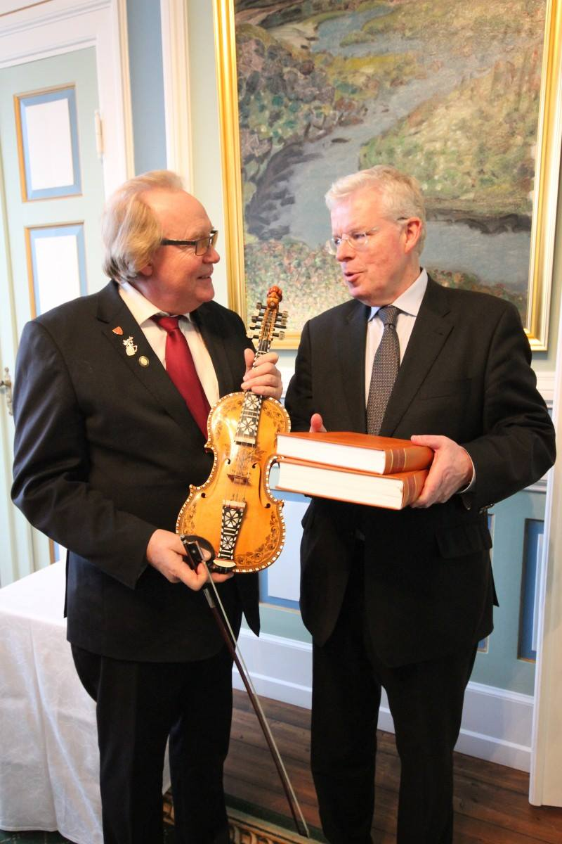 Master Fiddler Hallvard T. Bjørgum with former Icelandic president of the parliament Einar K. Gudfinnsson, after he accepted Flateyjarbok vol. I and II on behalf of the Icelandic people.