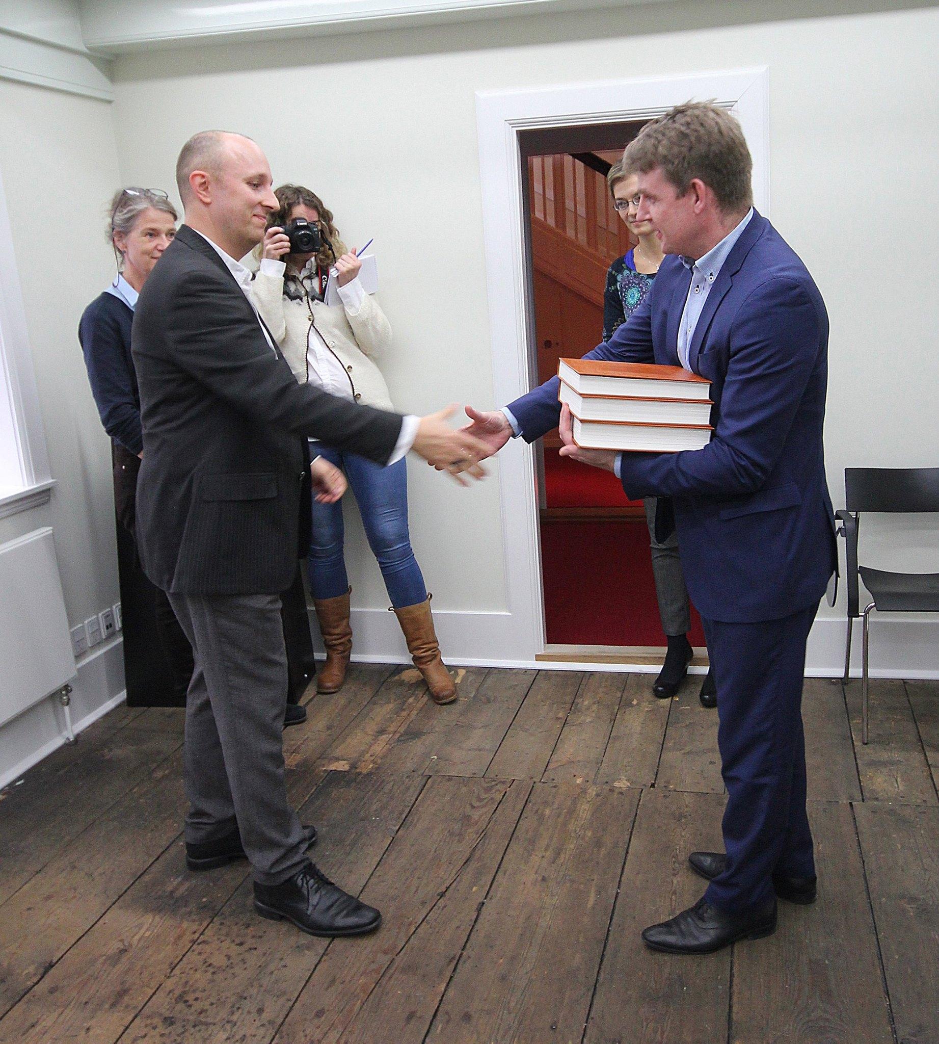 Project manager Baard Titlestad hands over Flateyjarbok vol 1-3 to the prime minister of the Faeroe Islands, Axel V. Johannesen, in Torshavn.