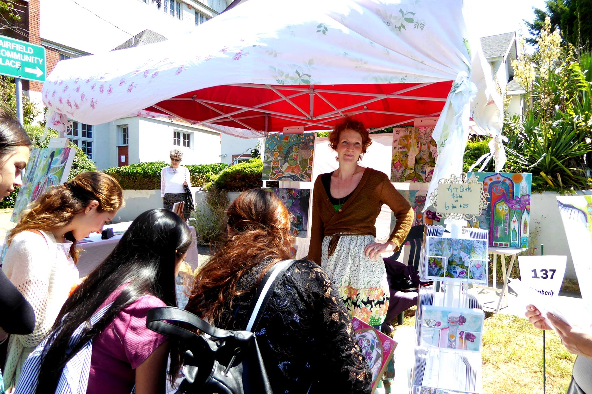 Kimberly Leslie at her art stand on art markets in Victoria