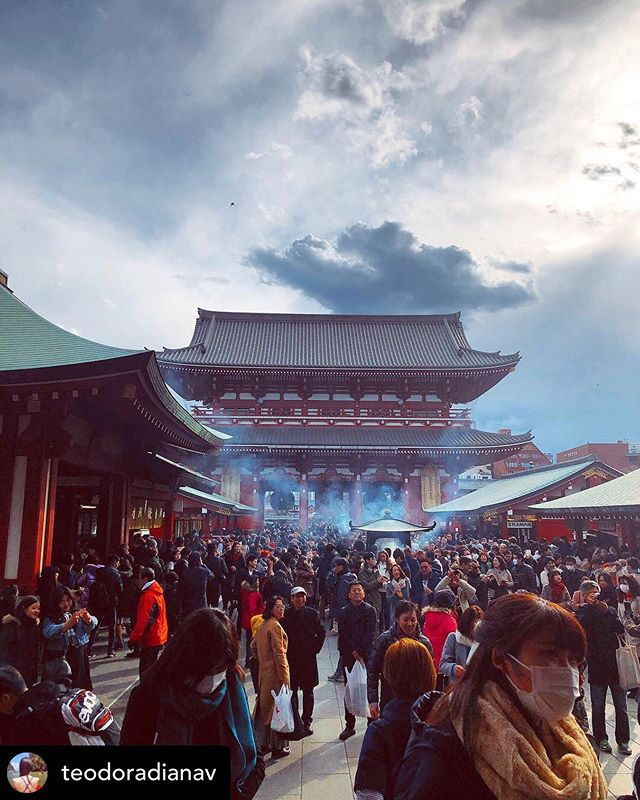 A beautiful day at Sensō-ji in Asakusa.  Did you know that that wafting the incense smoke over your body is said to cure any ailments you may have and improve health.  #PhotoMyTokyo 📸 @teodoradianav