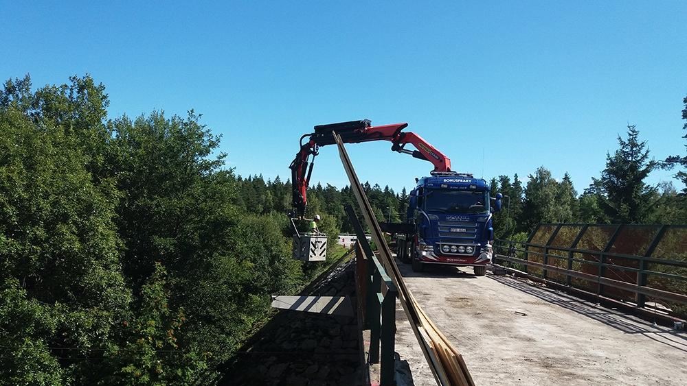 Nya kantbalkar på järnvägsbro i Stärkebo, Vänersborg.  Trafikverket, 2016