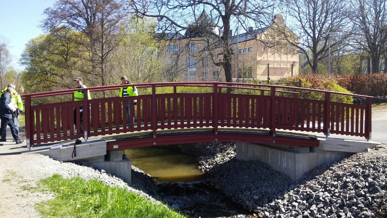 Ny GC-bro i trä i Skara.Träkonstruktion levererad av Moelven.  Skara kommun, 2016