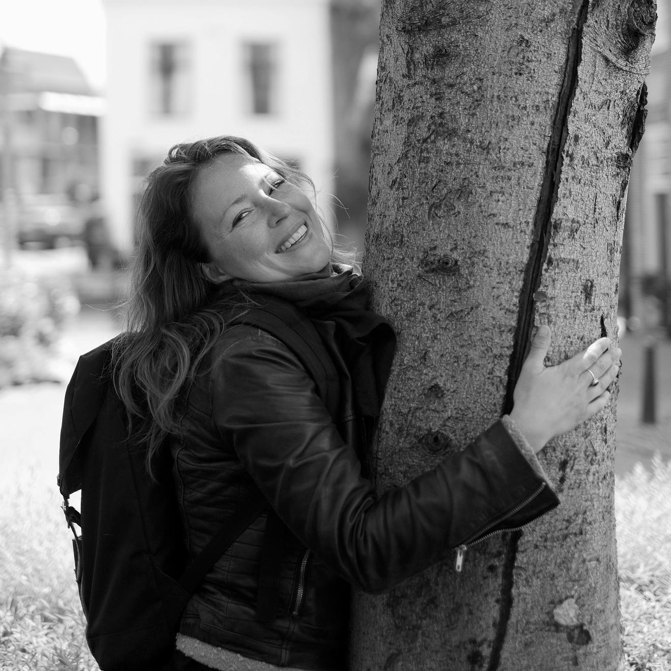 Mirjam vindt haar weg in het leven door haar hart te volgen. De afgelopen 5 jaar heeft zij hier ruimte voor gemaakt door o.a. het volgen van verschillende (stilte) retraites, veelal in de traditie van Zen boeddhist Thich Nath Hanh, maar ook op andere plekken tijdens haar reizen door Thailand en India. Toen zij in de zomer van 2017 een pelgrimstocht liep, voelde zij heel sterk hoe de combinatie van natuur en stilte een helende werking heeft. Dit is waar haar hart sneller van gaat kloppen. Na het volgen van een opleiding als mindfulness coach en een yogaopleiding, zoekt zij manieren om mens en natuur samen in balans te brengen. Met haar sociale achtergrond kan zij heel goed een veilige sfeer creëren waarin iedereen zichzelf kan zijn. Tot op heden organiseert zij terugkerende meditatiegroepen, verdiepingsweekenden en stiltewandelingen.