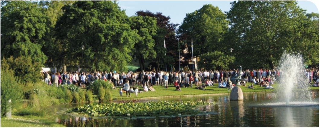 Almedalsparken under sommaren fyllt med människor