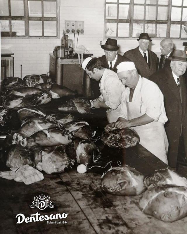 Li facciamo così dal 1954! Inaugurazione dello stabilimento di Percoto, sotto gli occhi attenti dei curiosi spettatori i nostri primi collaboratori legano a mano i nostri CARTOCCIO . . . #cartocciodentesano #cartoccio #cottoincrosta #cottocaldo #conosso #prosciuttocotto #prosciuttocottodipraga #cottopraga #affumicato #ricettatipica #trieste #percoto #Friuli #fvgtipico #lavoratoamano #legatoamano #cucitoamano #madeinitaly #madeinfvg #salumificiodentesano #salumidal1954 #ognivoltanechiediancora