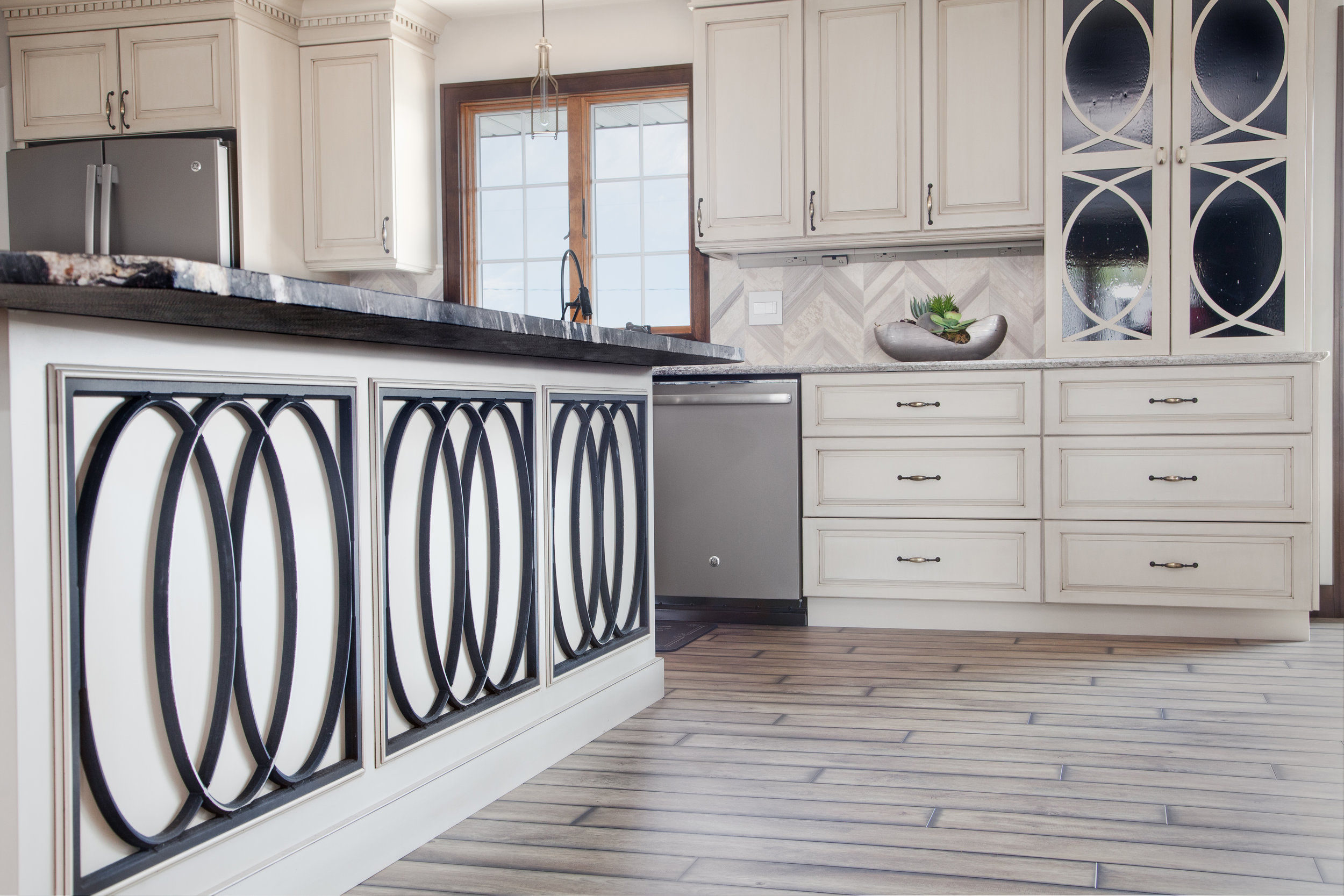 Transitional Style Kitchen | Tableaux Grile Chevron Backsplash