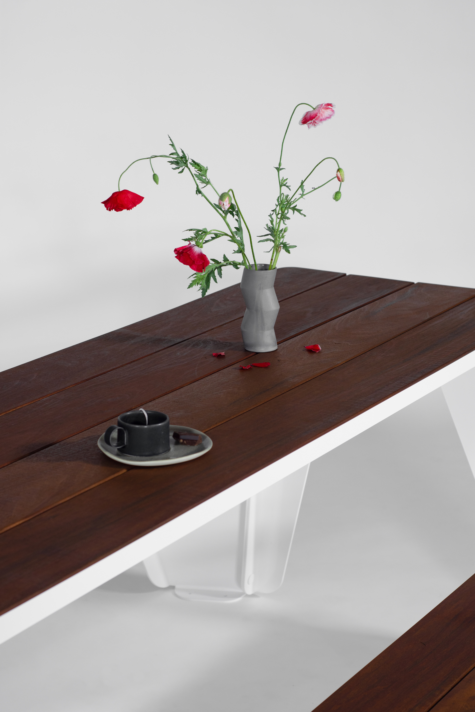 Rambler picnic table bench Ipe White, Outdoor table with vase and flowers