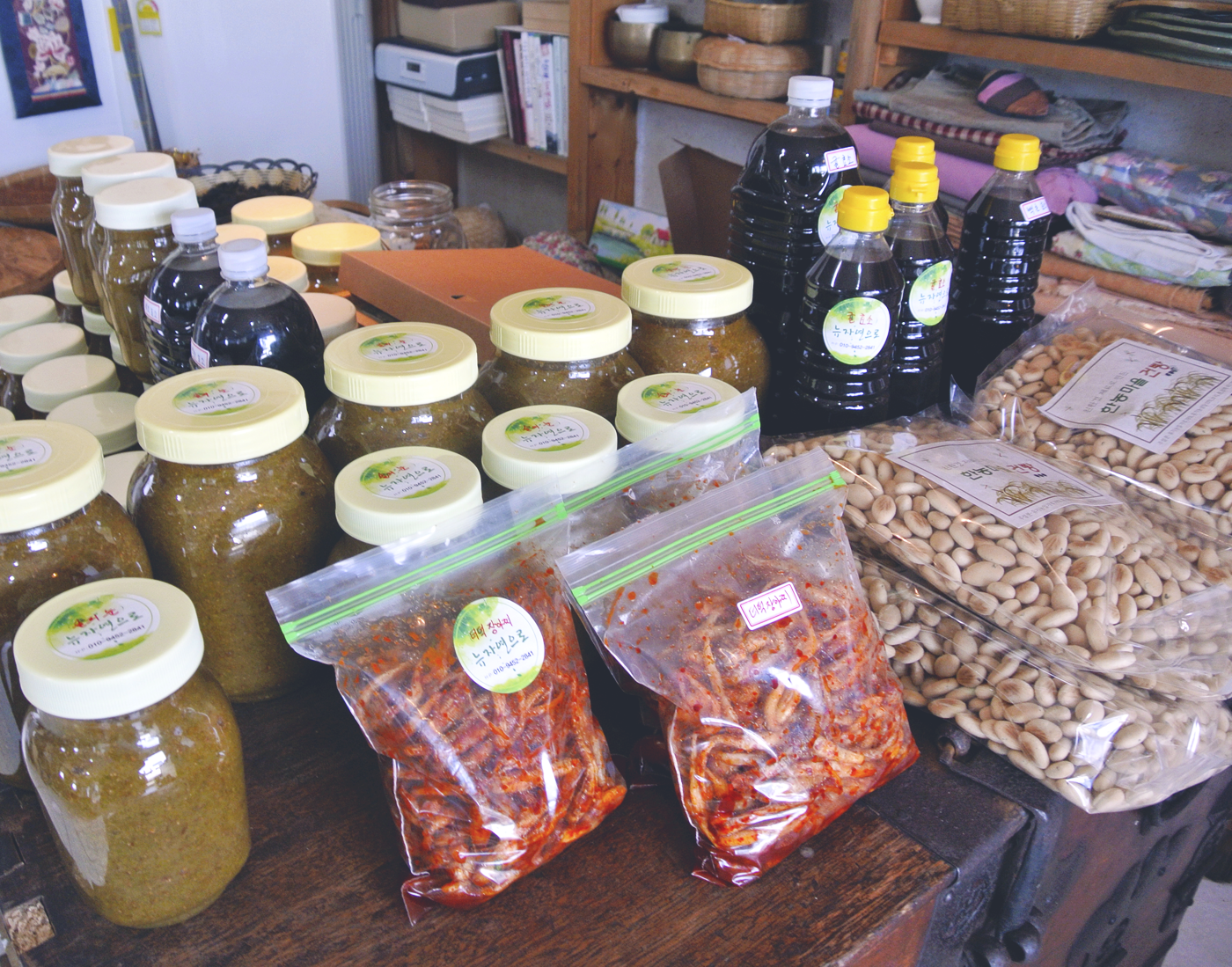 The restaurant 'Jayeoneuro' on Jeju also sells side dishes, snacks, oils, extracts, and teas depending on the season.