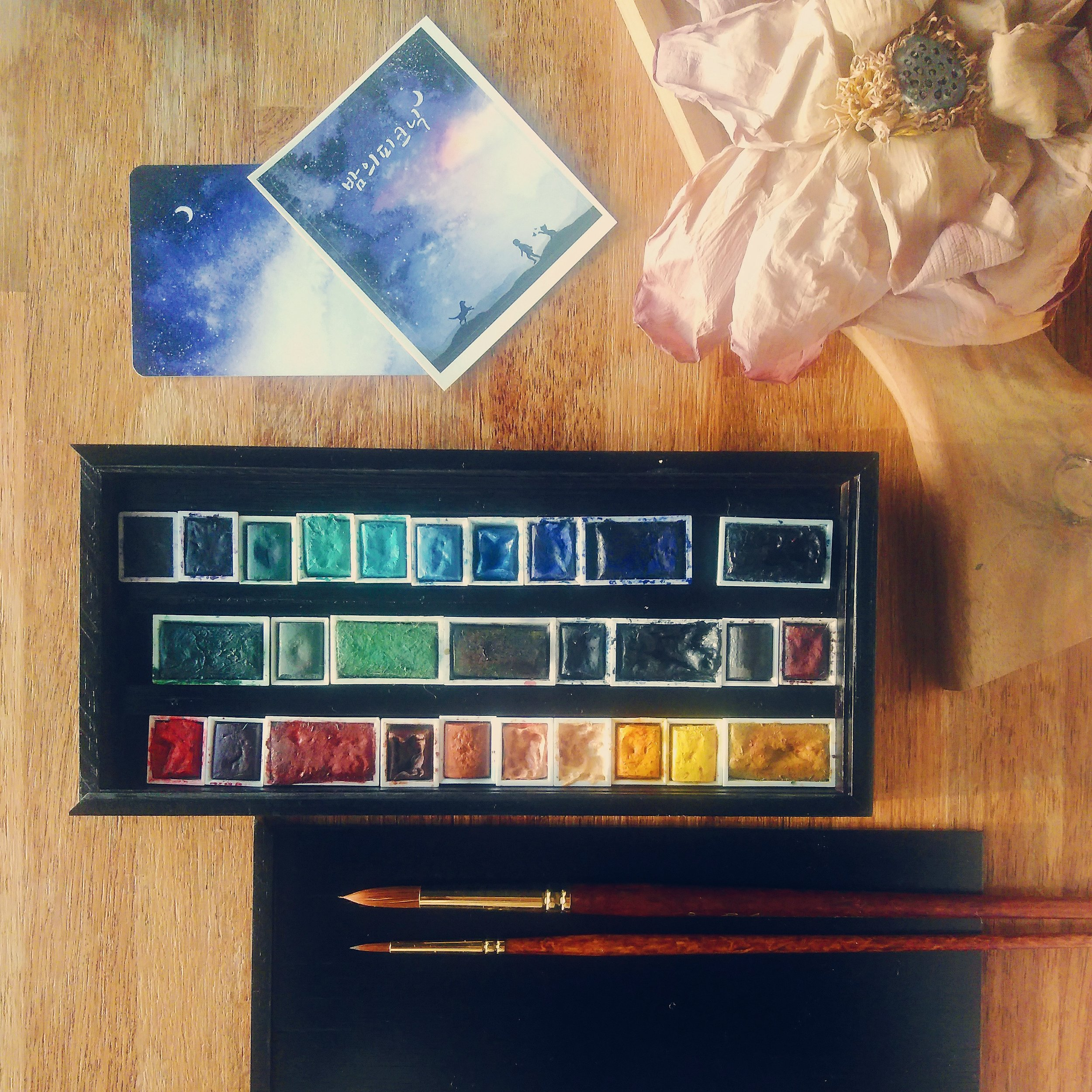 My Winsor & Newton watercolor pans got a new home in this wooden case! The old metal case I'd originally gotten these in had gotten really battered over the last two decades (it was second hand) and I longed for something more minimalist and, to be honest, Instagram picture friendly. :)