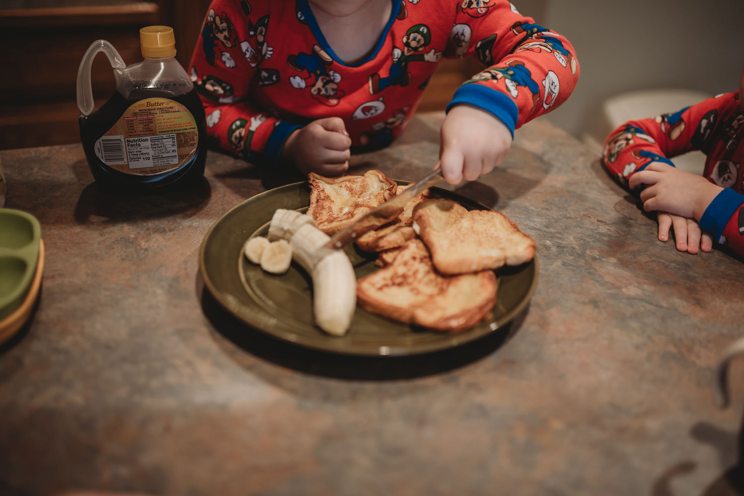 in-home-family-photo-session-breakfast