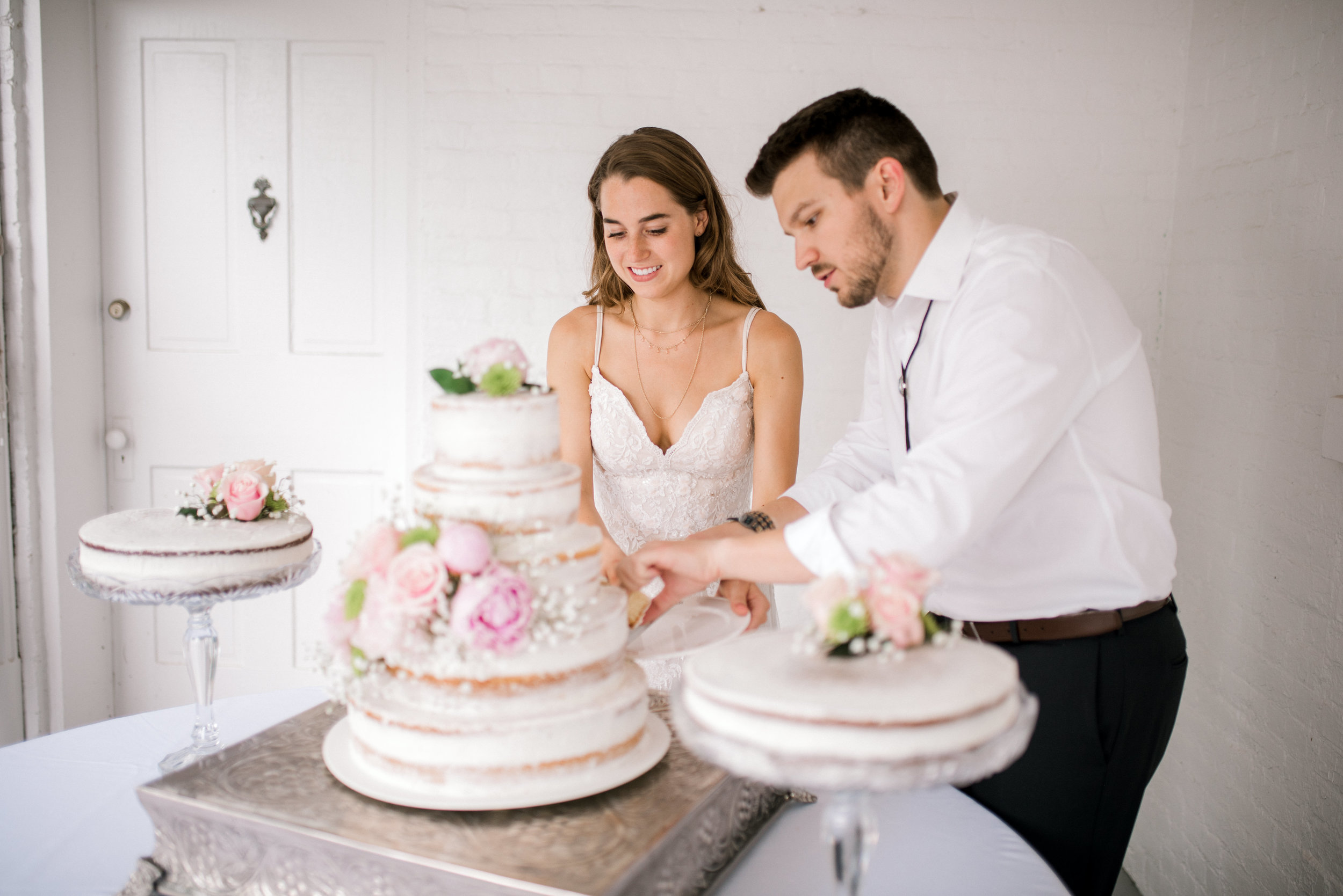 lexington-kentucky-wedding-photographer-cake-cutting