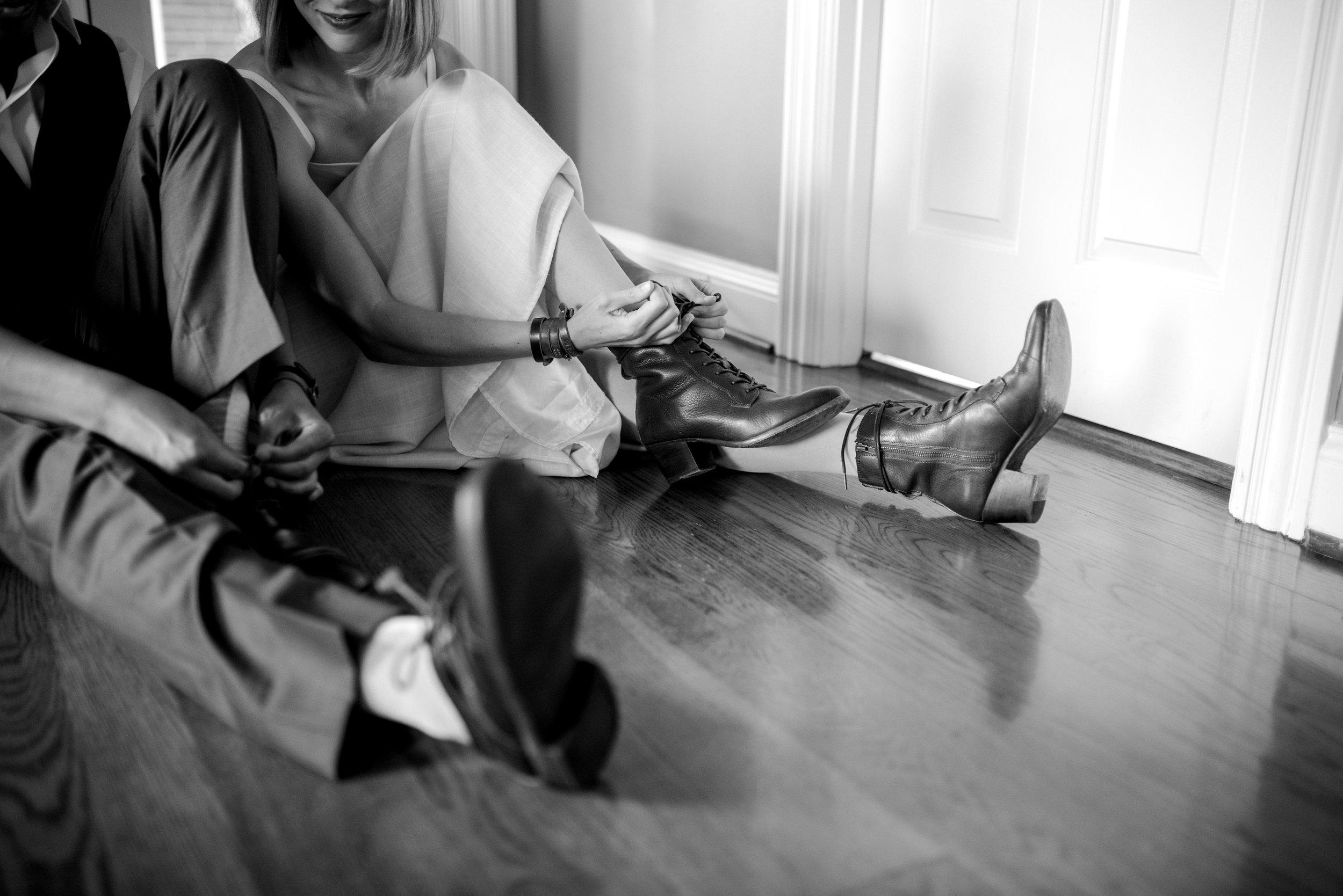 lexington-wedding-photographer-putting-on-shoes
