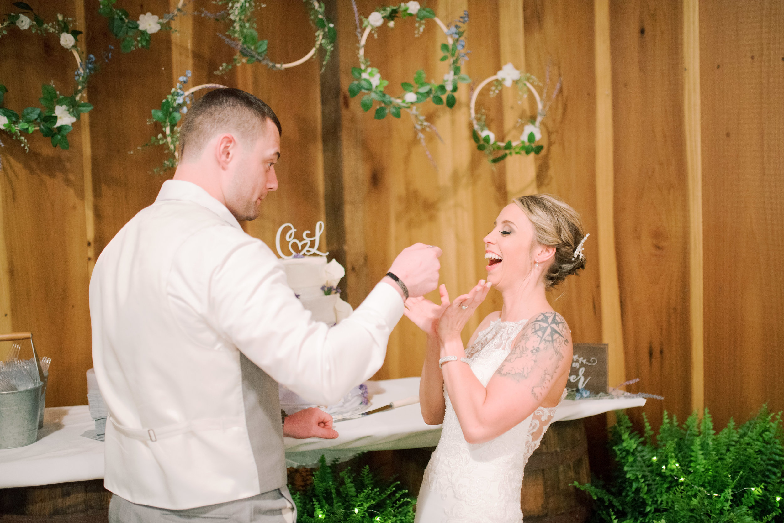lexington-wedding-photographer-cake-cutting
