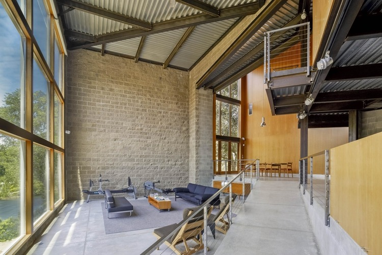 Kayak House, on the banks of the American River in Northern California. Photo courtesy of Maria Ogrydziak Architecture.