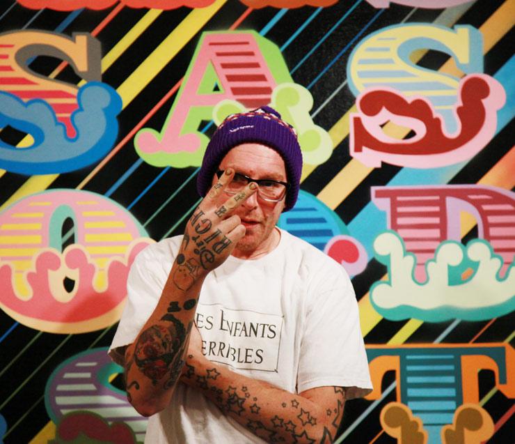 BEN EINE - De typografische werken van de Londenaar, Ben Eine zijn te zien in steden over de hele wereld, zoals Tokio, zoals in Tokio, New York, Los Angeles en Berlijn. Voor zijn muurschildering in de Bajes heeft EINE zijn iconische stijl opnieuw bekeken. In zijn eigenzinnige en kleurrijke manier waarop hij een van de grootste muren in de bar siert met het motto WE ROCK HARDEST.https://www.instagram.com/einesigns