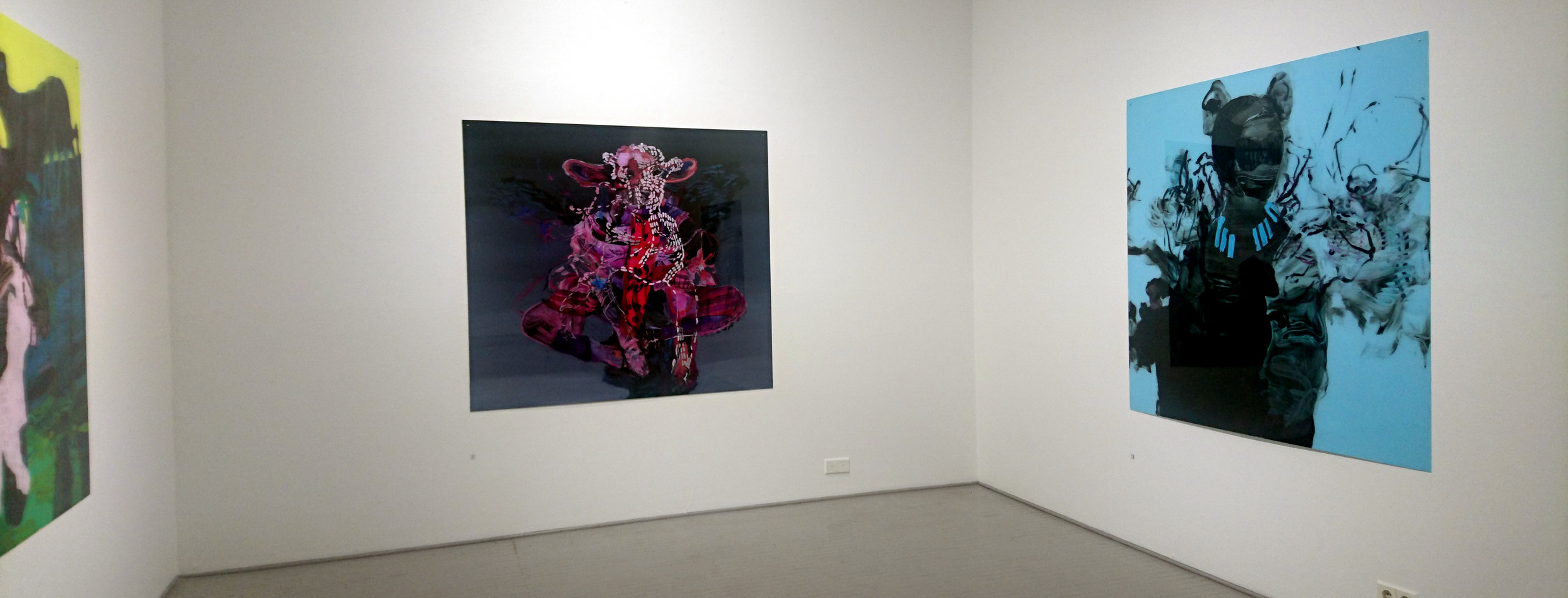 Mixed Conception ja Dama con l'ermellino (öljy akryylilevylle, 165x150 cm, 2016). Pleksi heijastaa kovasti, valokuvaus on haasteellista.