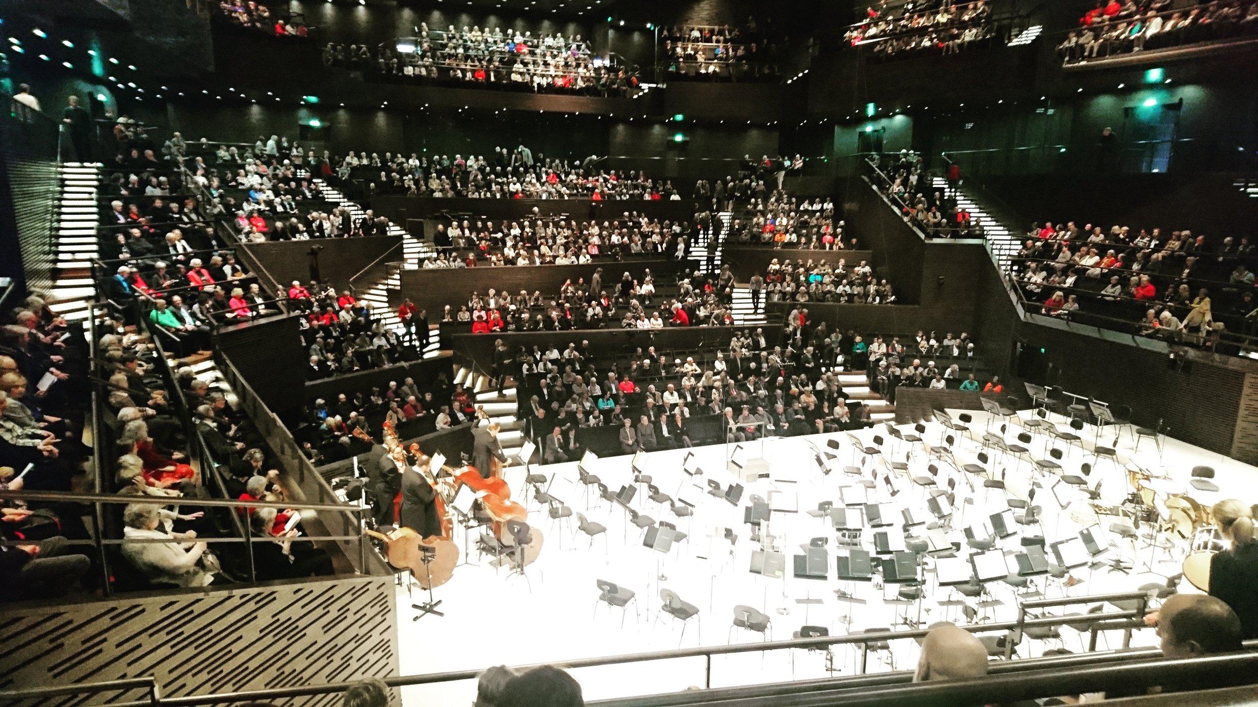 Istuin orkesterin takana. Siellä istuessani tuntuu, että olen osa soittajistoa, seuraan kapellimestaria ja kuulen aivan yhtä mainiosti - kiitos loistavan akustiikan.