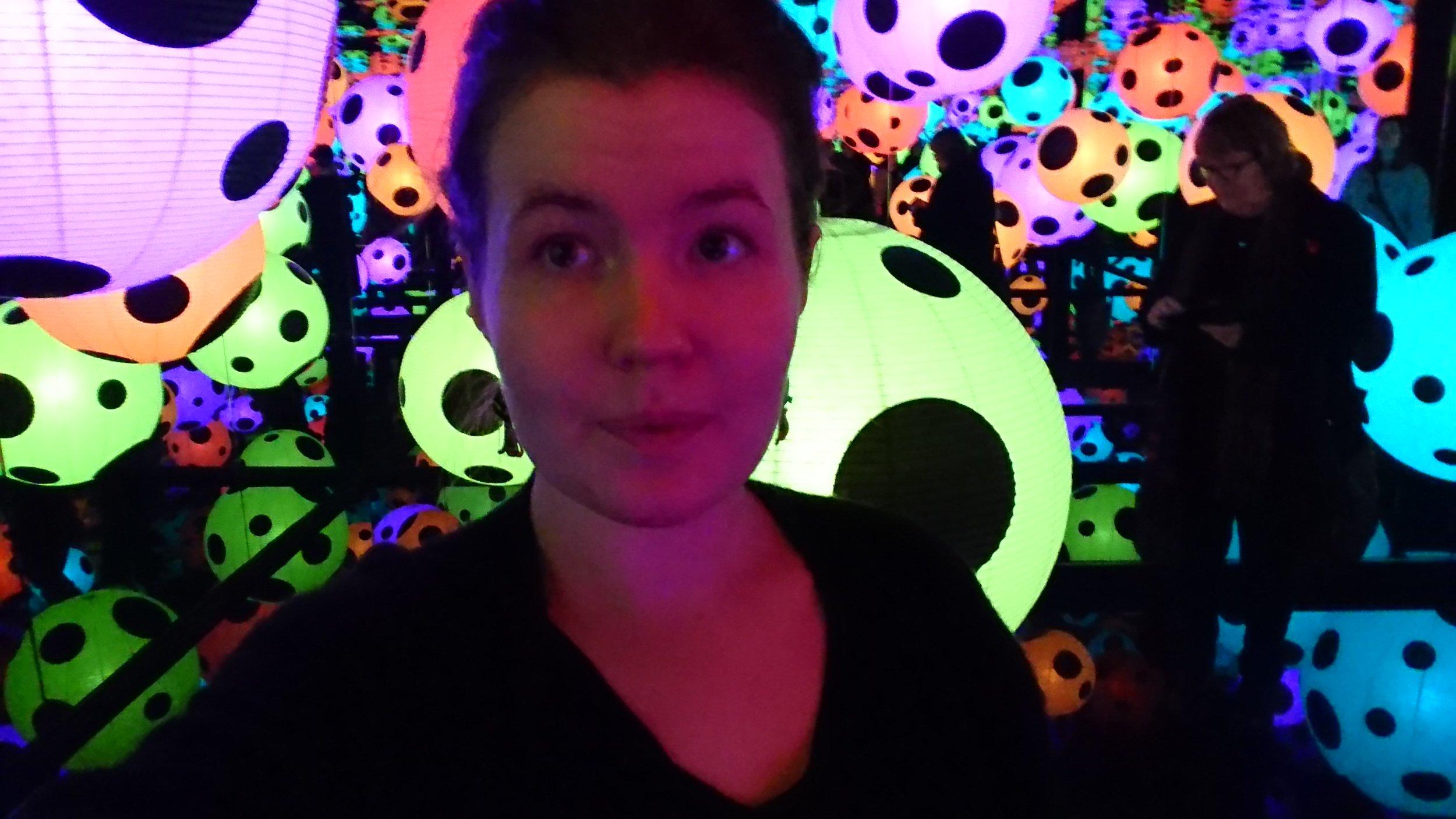 Puhelimeeni on tallennettuna selfieitä joka ikiseltä kerralta (joita oli viisi) Kusaman näyttelystä. Tässä ehkä surkein ja huonoin otos, joka silti on  edelleen tallessa.