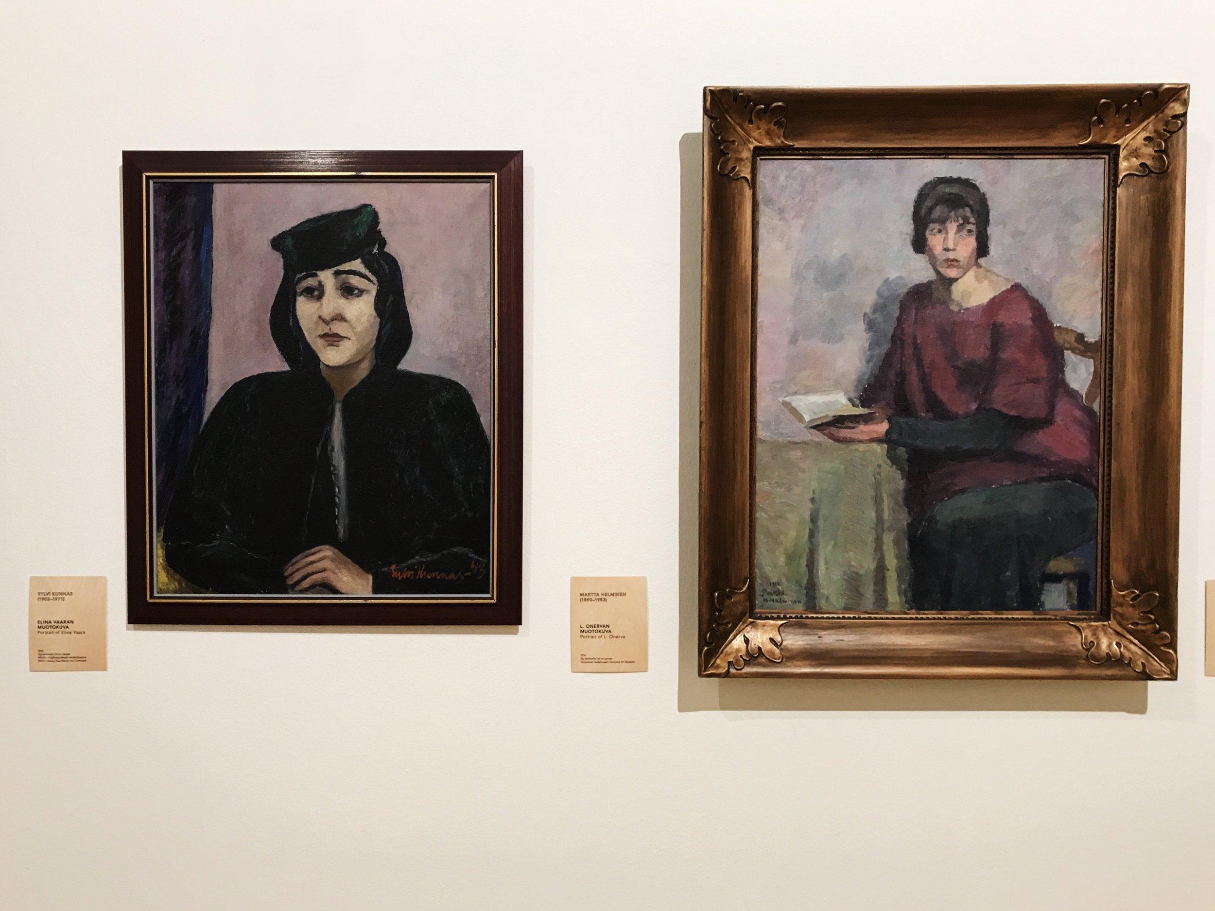 Vasemmalla Sylvi Kunnas: Elina Vaaran muotokuva, 1943 öljy kankaalle. Oikealla Martta Helminen: L. Onervan muotokuva, 1914 öljy kankaalle.