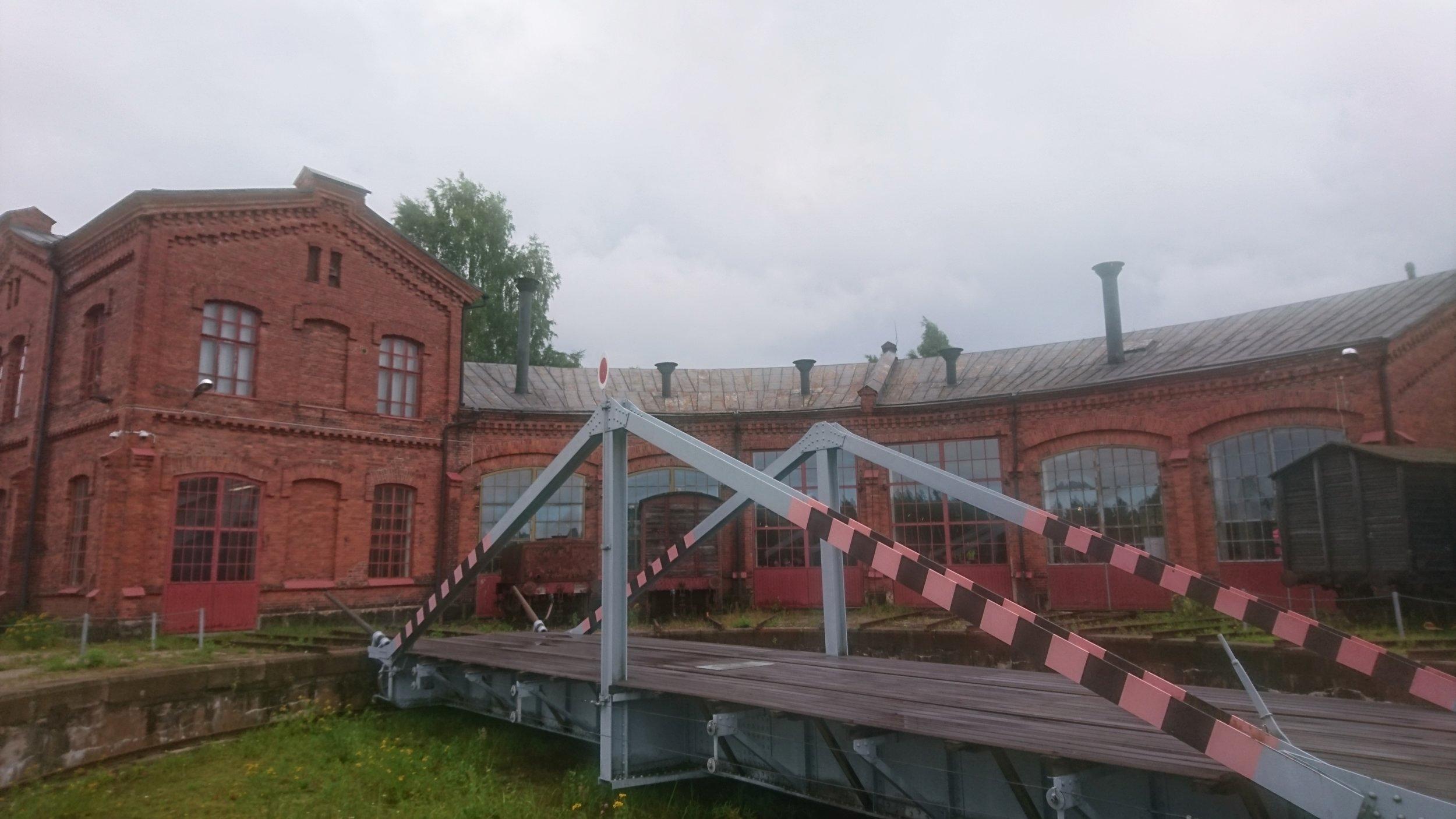 Osa museorakennuksesta (veturitalli) takaa kuvattuna. Kuvassa myös kääntöpöytä.