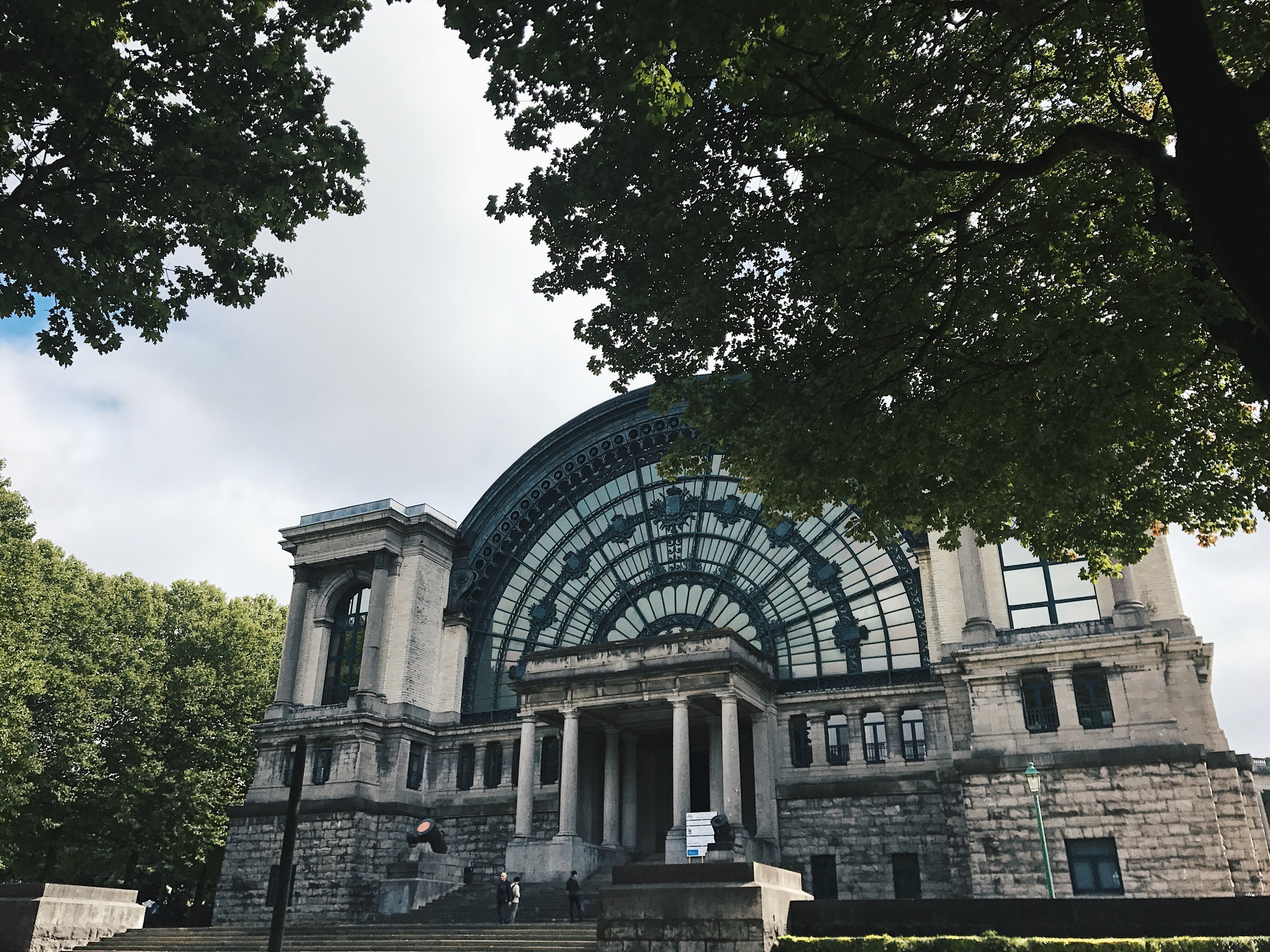 Royal Museum of the Armed Forces and Military History sijaitsee myös Cinquantenairella.