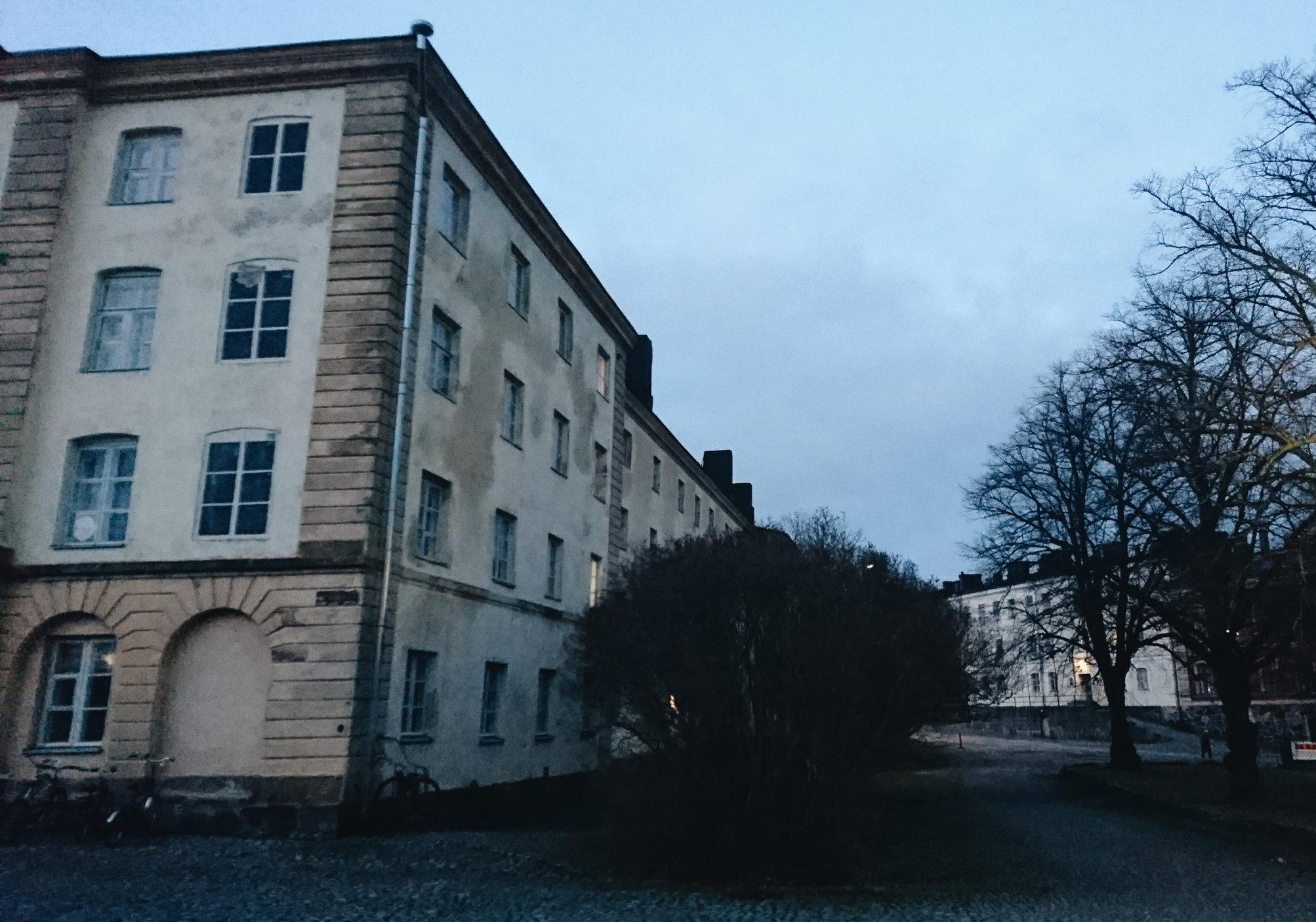 Elokuvaa kuvattiin myös Suomenlinnassa, tässäkin pihapiirissä.