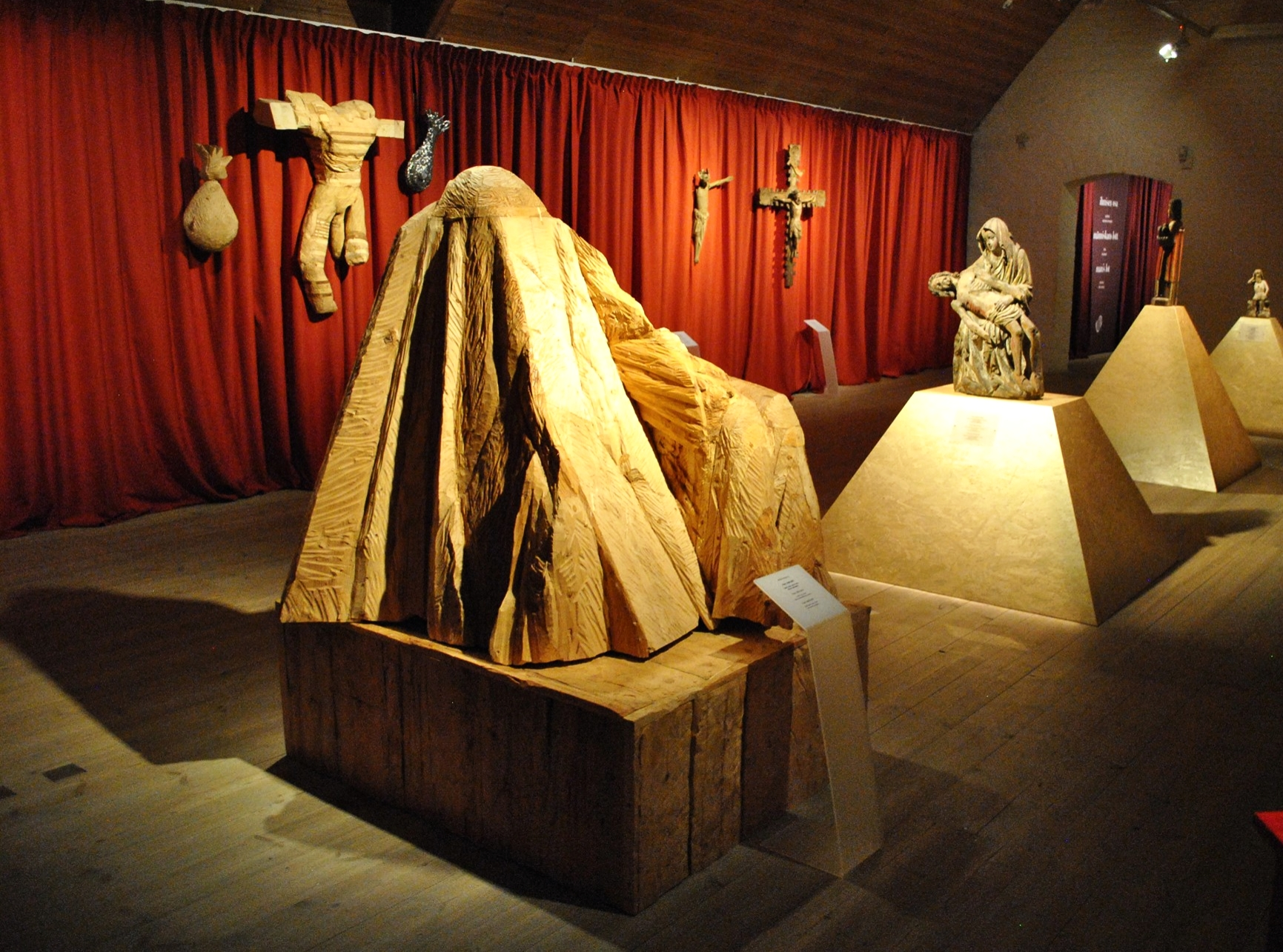 Pyhät ja pakanat  -näyttelyssä vanha ja uusi kohtaavat toisensa ainutlaatuisessa keskustelussa. Etualalla Maija Helasvuon veistoksia. Kuva: Philip Lernammar