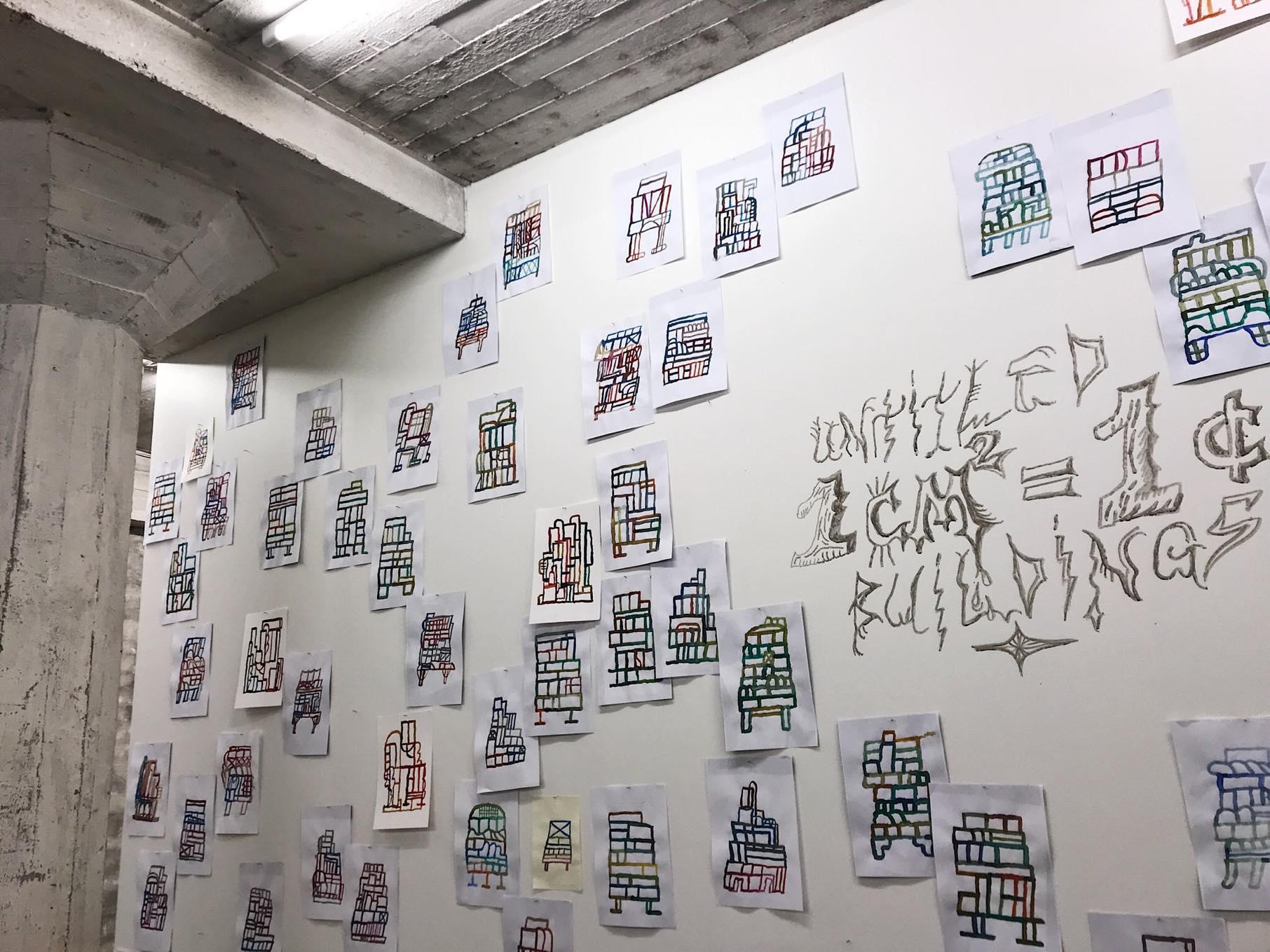 Kaspar Grosevsin teossarja  Untitled Buildings (2017) levittäytyy pitkin seiniä.