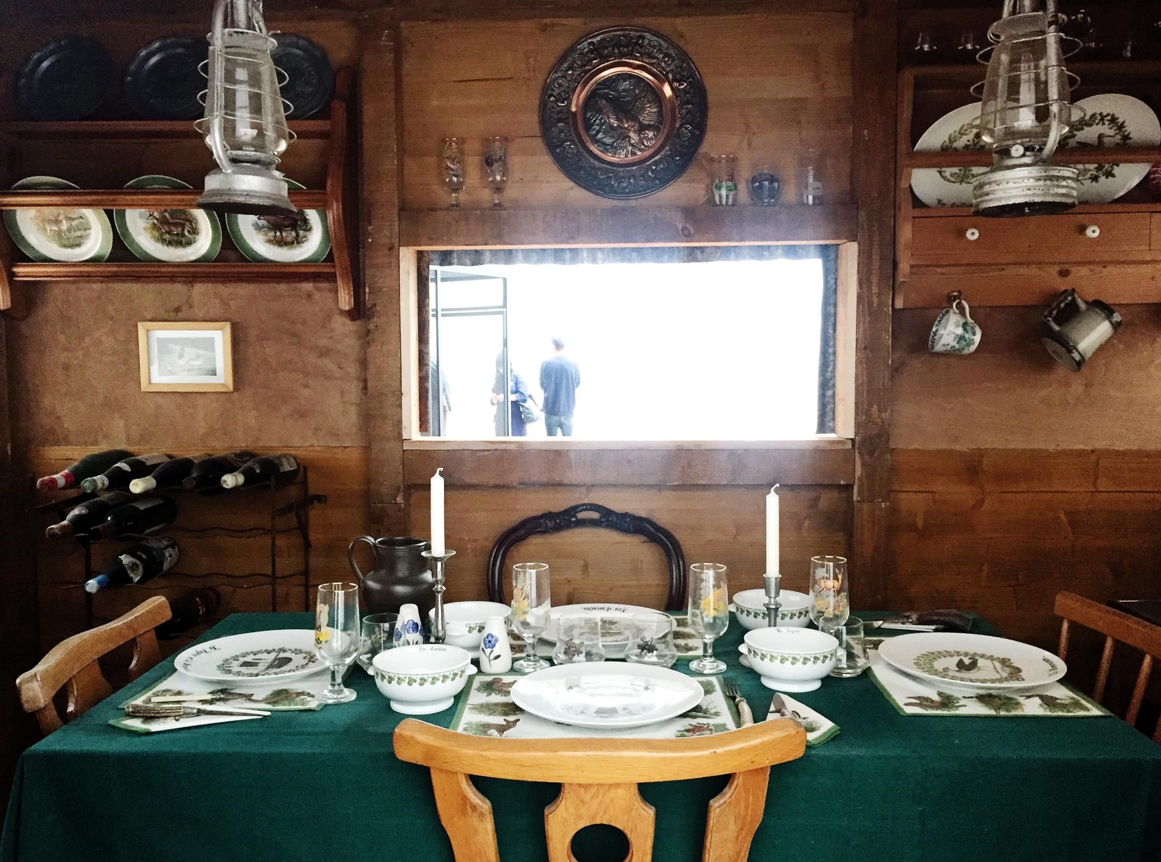Yksityiskohta  The Hunting blinds and Hunting Standards (2005-2008) teoksen metsästysmajasta  Glutton's lair .