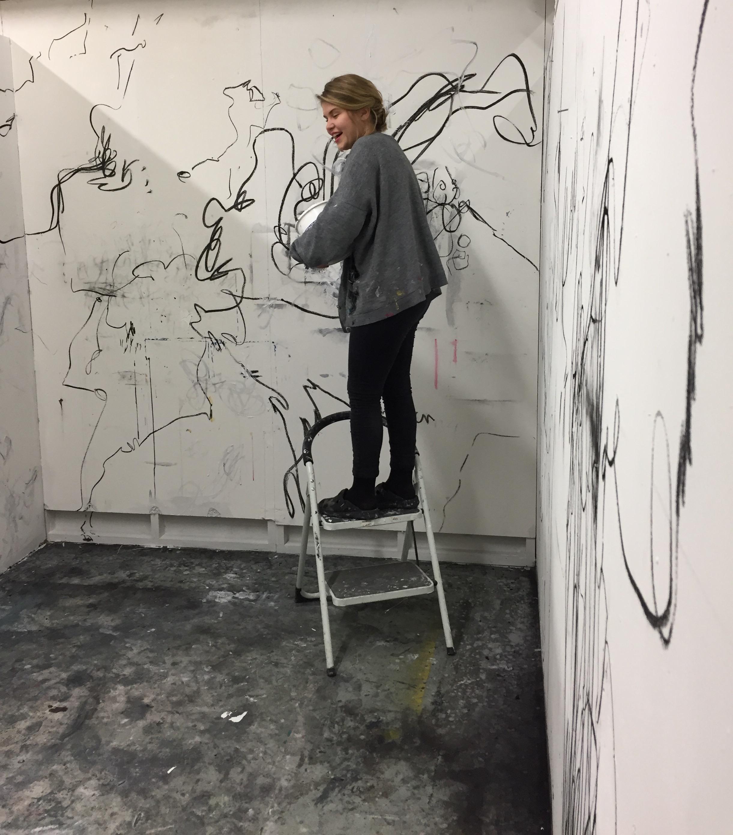 Heidi Katajamäki rakentamassa teostaan.
