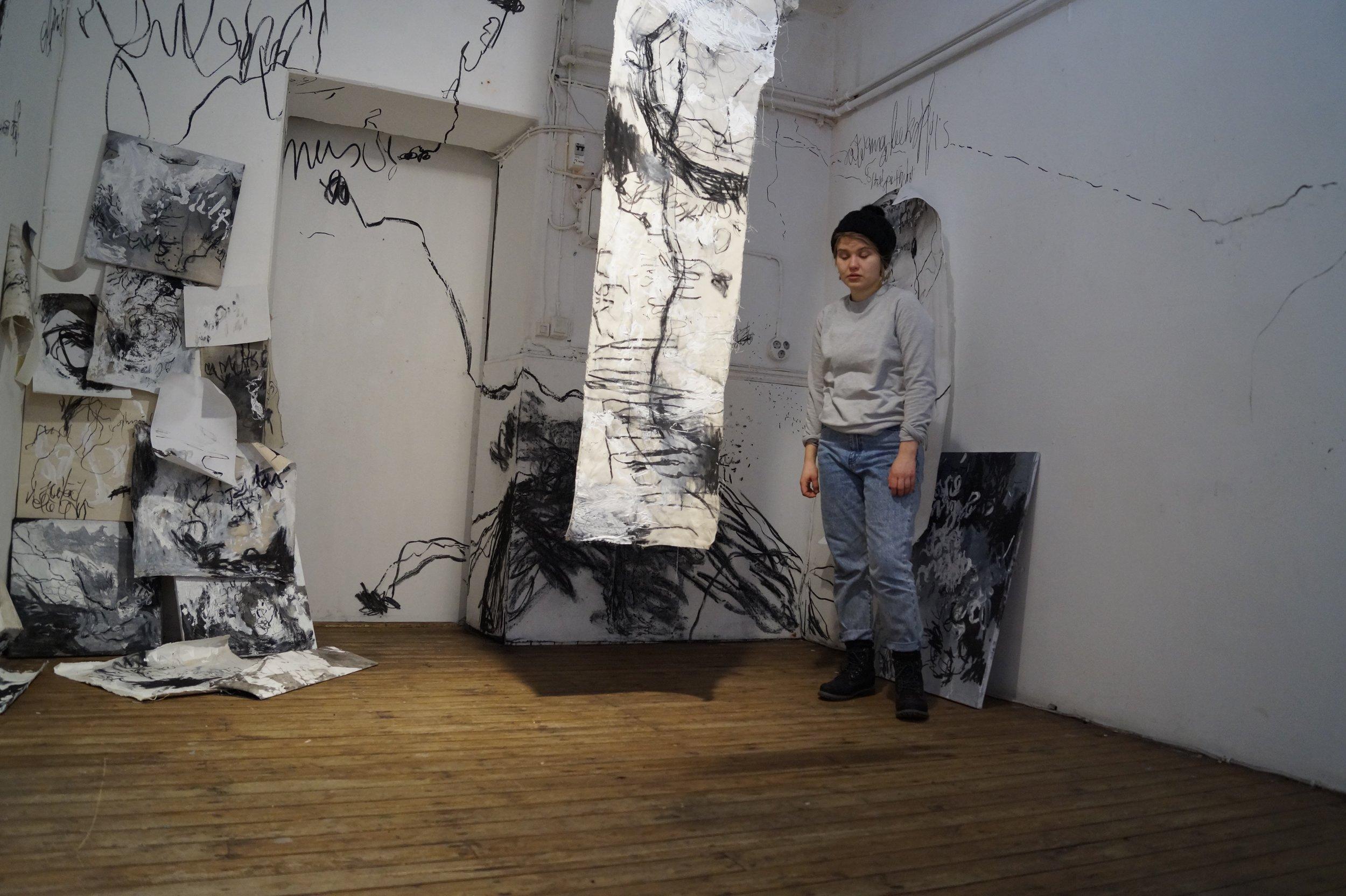 Heidi Katajamäki näyttelyssään Nynny Pylly.