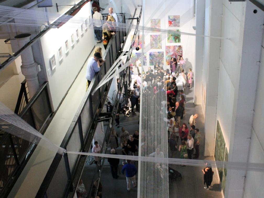 Kirsi Pitkäsen teosta pääsee tarkkailemaan monesta eri kulmasta läpi näyttelytilan kerrosten.