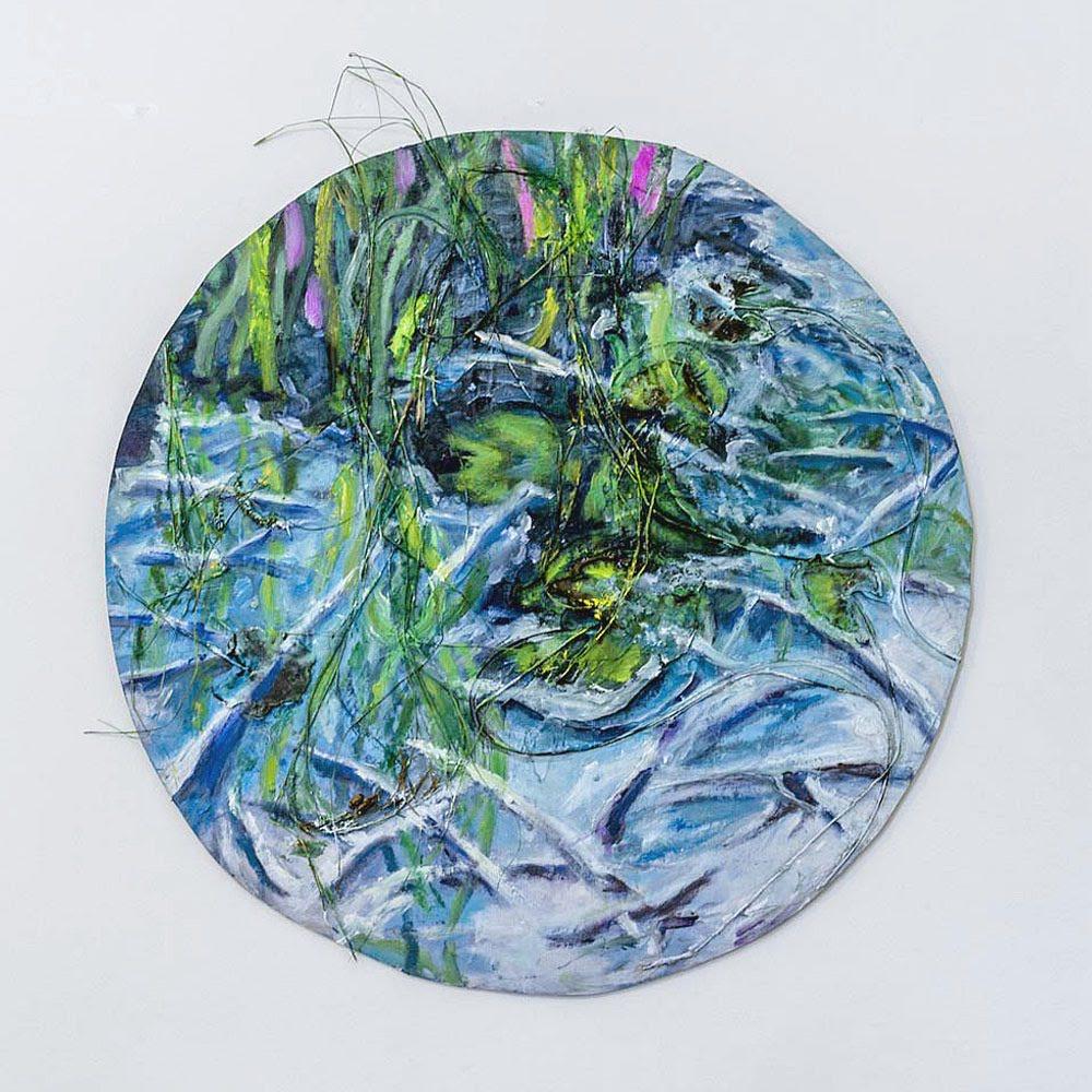 """""""Kun maalaa maisemia, joiden tarkoitus on olla kuva tietystä paikasta, luoda yhteyttä siihen tiettyyn paikkaan, niin se, että sulla on materiaalia, joka ikääntyy, kuihtuu, ruskistuu, vaihtaa väriä ja lakastuu, on hirveän mielenkiintoista, koska se korostaa sitä aikaa.""""   Laura Heinonen:  Frozen Reeds II , oil and organic material on board, Ø70 cm, 2018. Kuva: Kari Pullinen"""
