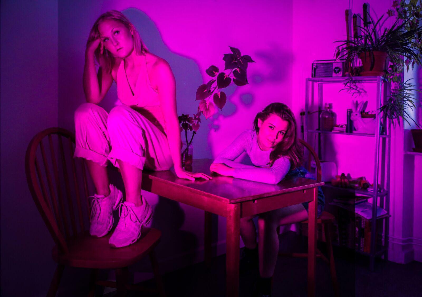 Pilvi Kekkonen ja Ella Jaakkola ovat työkavereita ja parhaita ystäviä. Kuva: Tuva Björk ja Sally Jacobson, editointi Fabian Rosenberg.