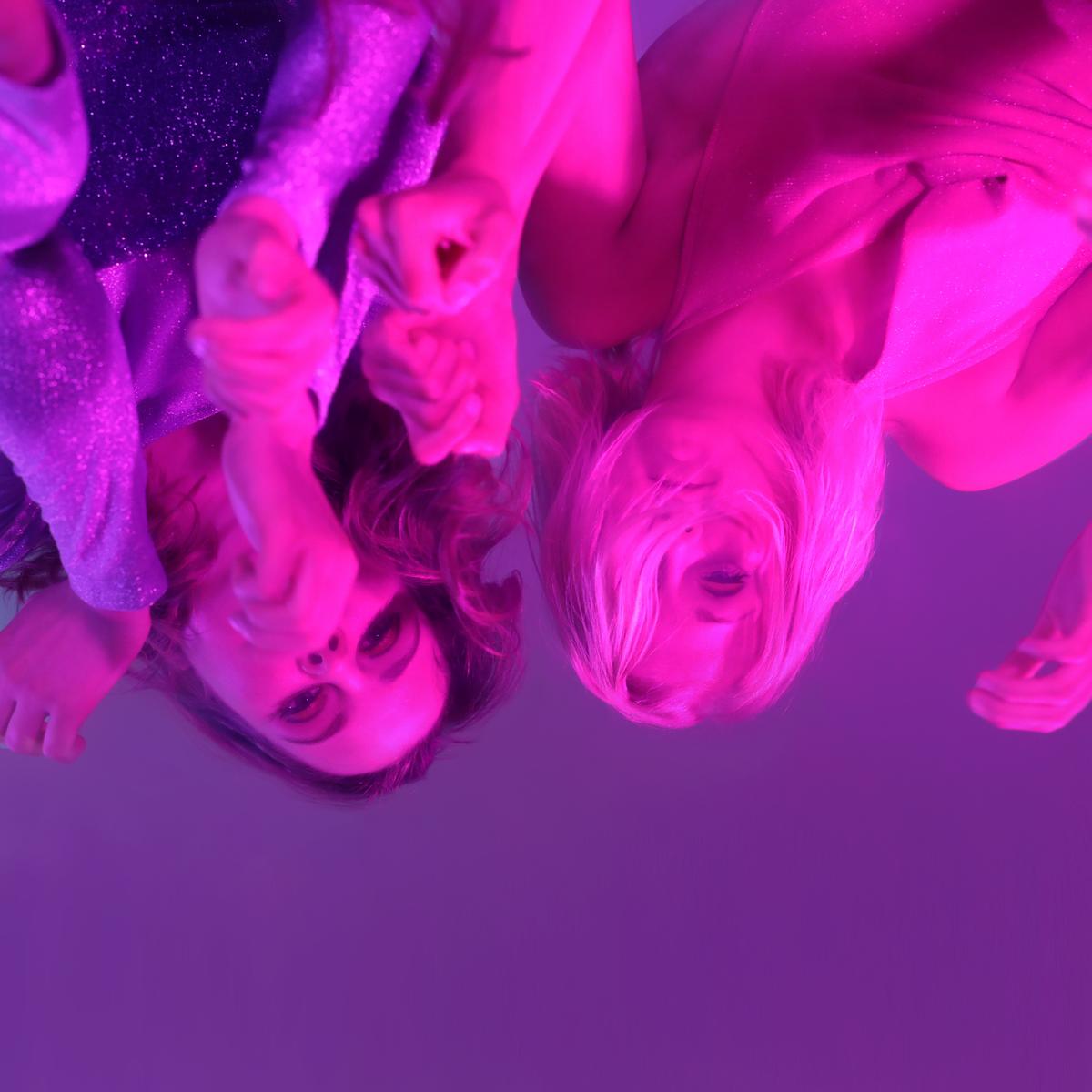 Kekkonen ja Jaakkola eivät halua pelkästään laulaa, vaan kirjoittaa laulunsa asioista, joihin he kaipaavat lisää keskustelua ja tunnistuspisteitä. Kuva: Tuva Björk ja Sally Jacobson, editointi Pilvi Kekkonen.