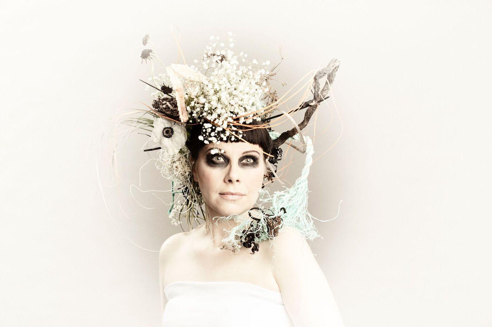Marja Ahlsved perusti Arosa Ensemblen vuonna 2009. Yhtye esittää Södergranin runojen ympärille sävellettyä popmusiikkia. Kuva: Marco Melander