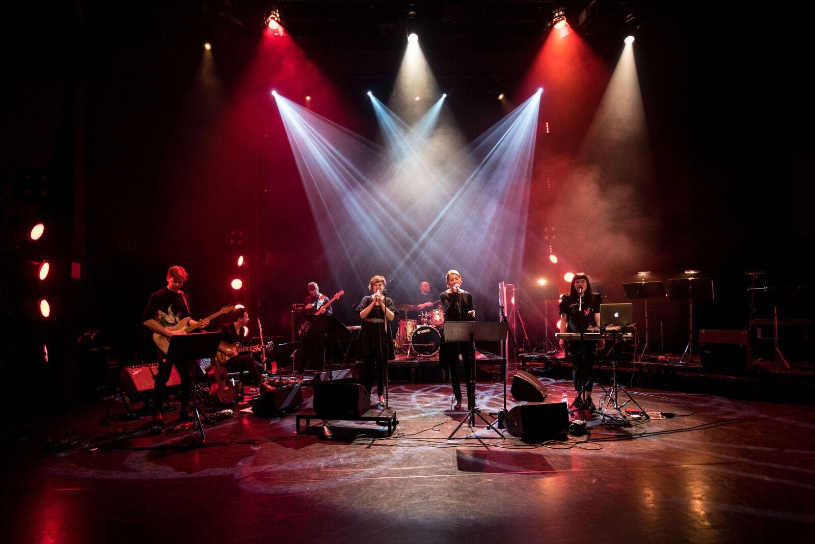 Arosa Ensemblen ydinkokoonpano on kuusihenkinen. Ahlsvedin lisäksi yhtyeeseen kuuluvat Heidi Kiviharju, Juhani Grönroos, Joona Hasan, Kalle Ylitalo ja Niklas Ahlsved. Kuva: Lasse Parkkila