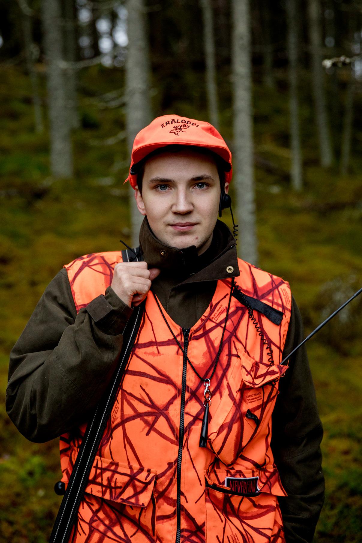 """Pinja Nikki:  Kaiku , 2017. """"Anssi, 22, metsästää hirvikoiran kanssa. Hänellä on kaulassaan pilli, jonka avulla hän tarvittaessa kutsuu koiransa takaisin."""""""
