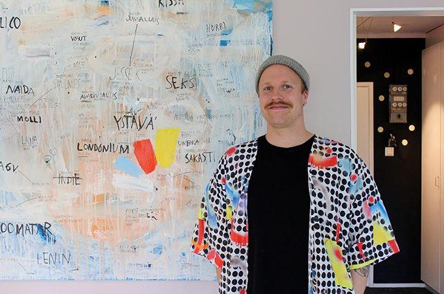"""Lauri Ahtisen uusin omaelämäkerrallinen sarjakuvateos Eropäiväkirja on juuri saapunut kauppoihin. Monipuolisen taiteellisen tuotantonsa ohella Ahtinen tekee paljon työtä oululaisen taide- ja kulttuurielämän rikastuttamisen puolesta. """"Mielestäni pitää aina elävöittää sitä paikkaa missä on"""", hän sanoo.  Ahtisen haastattelu nyt saitilla, linkki biossa!  #eropäiväkirja #lauriahtinen #likekustannus #sarjakuva #maalaus #artist #oulu #tittapåtuira #oulussatapahtuu"""