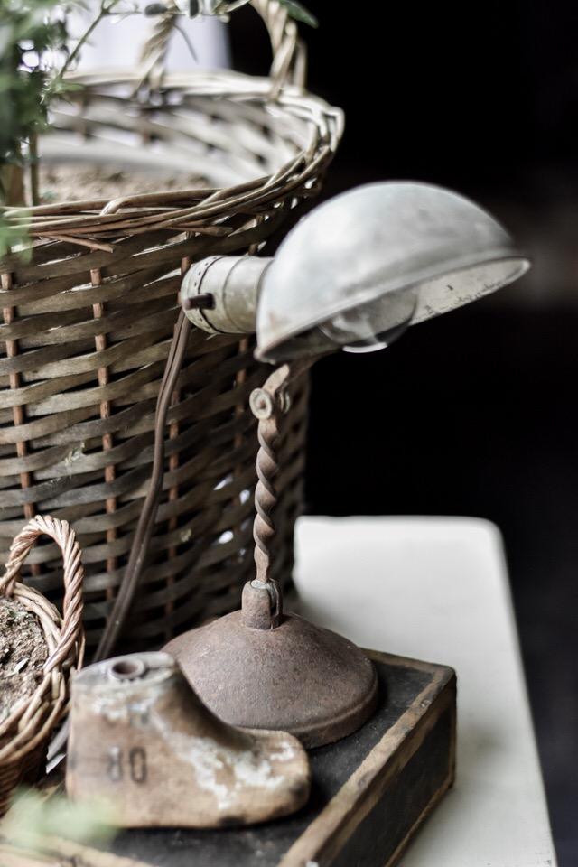 古董金属探照灯岩石篱笆农场亚博体育阿根廷合作伙伴