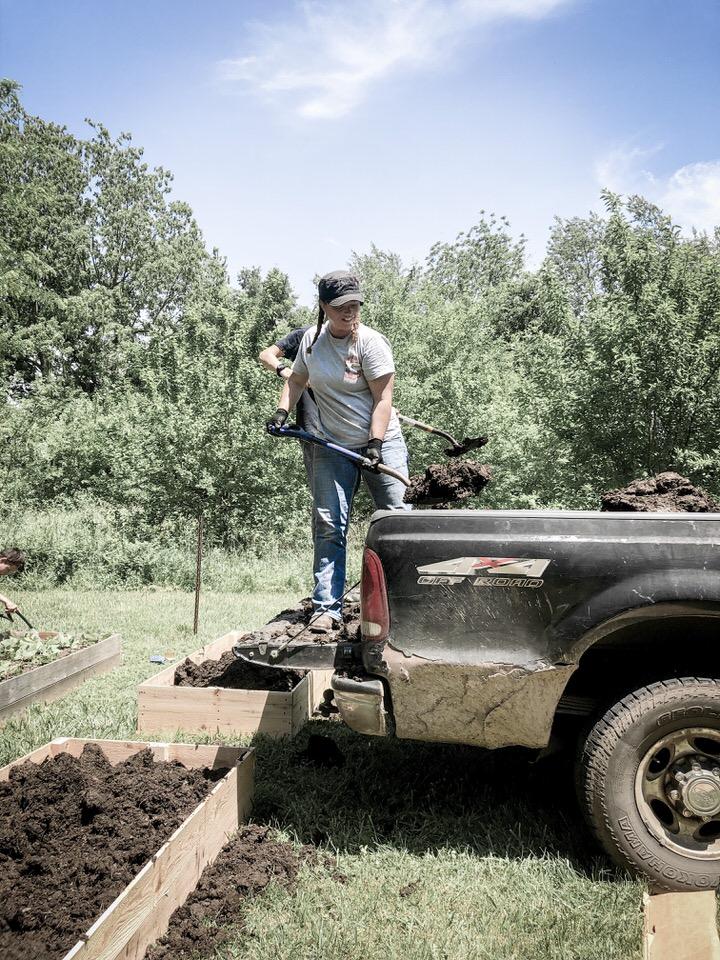 如何建造既简单又便宜的凸起花园床|石质树篱农场亚博体育阿根廷合作伙伴