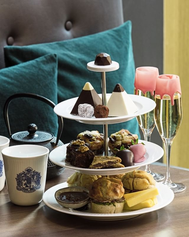 'Arndal Afternoon Tea' with @lotte_arndal and @peterbeierchokolade - it doesn't get better than that! 💆🏼‍♀️🧁 Create the perfect afternoon with wellness and chocolate. Book your session now! 💗 #impressionpr