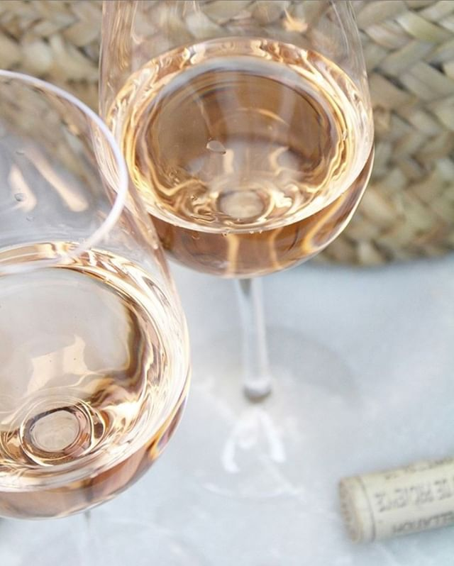 Summer is upon us! We LOVE rosé and use any chance we get to celebrate with the golden drops.✨ Days like this we dream ourselves back to @copenhagenrosefestival where we were surrounded by our favorite drops and amazing people. 💖 #impressionpr