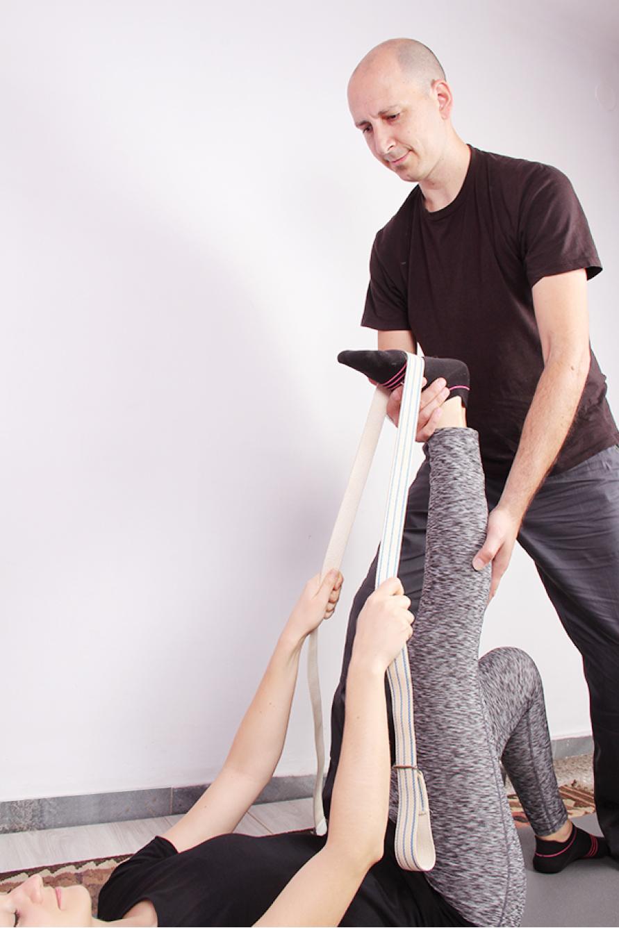 La utilización de diferentes accesorios para facilitar la adaptación de las posturas al cuerpo de cada persona es una de las características del yoga terapéutico.