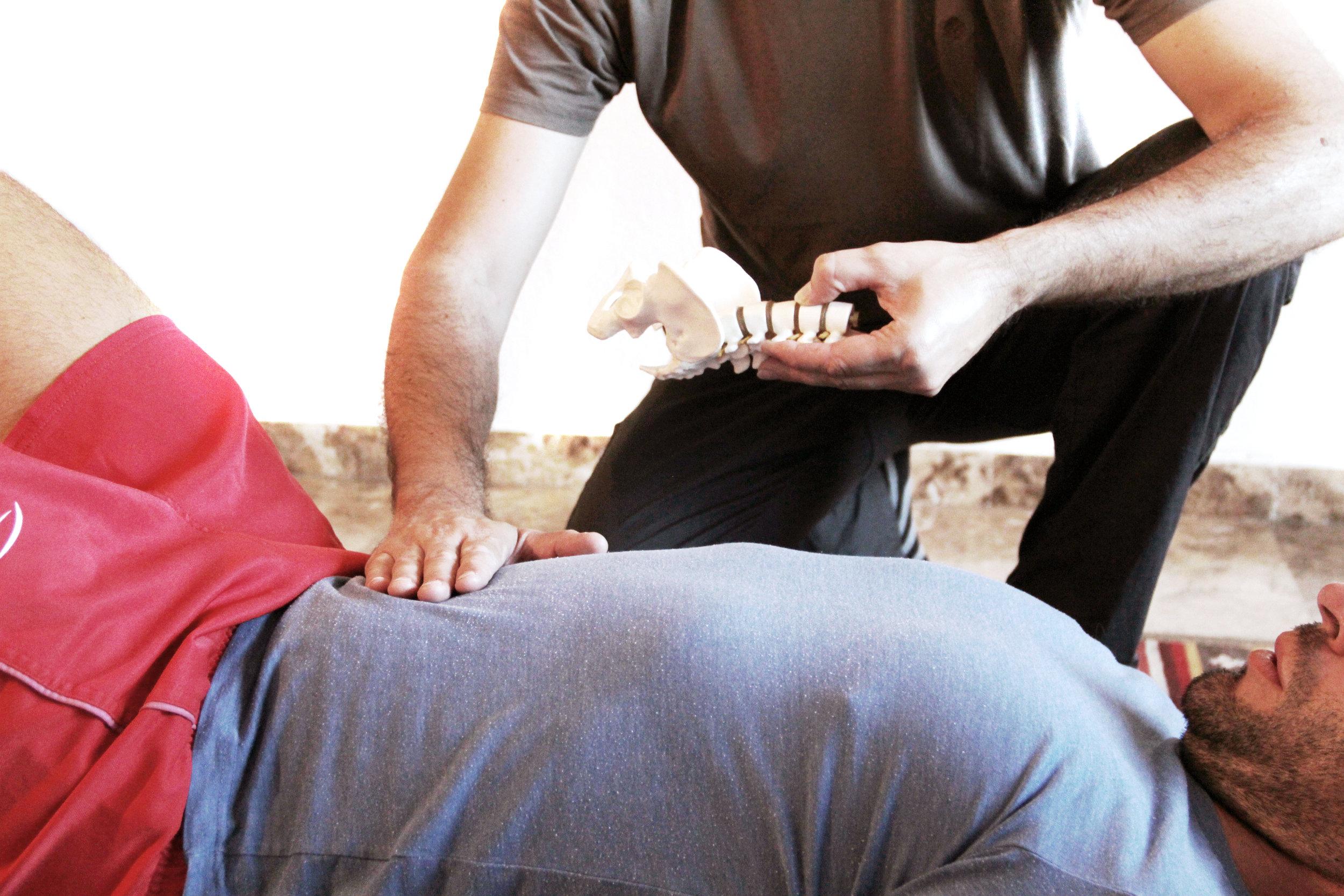 El trabajo de abdominales profundos es una característica importante del método pilates.