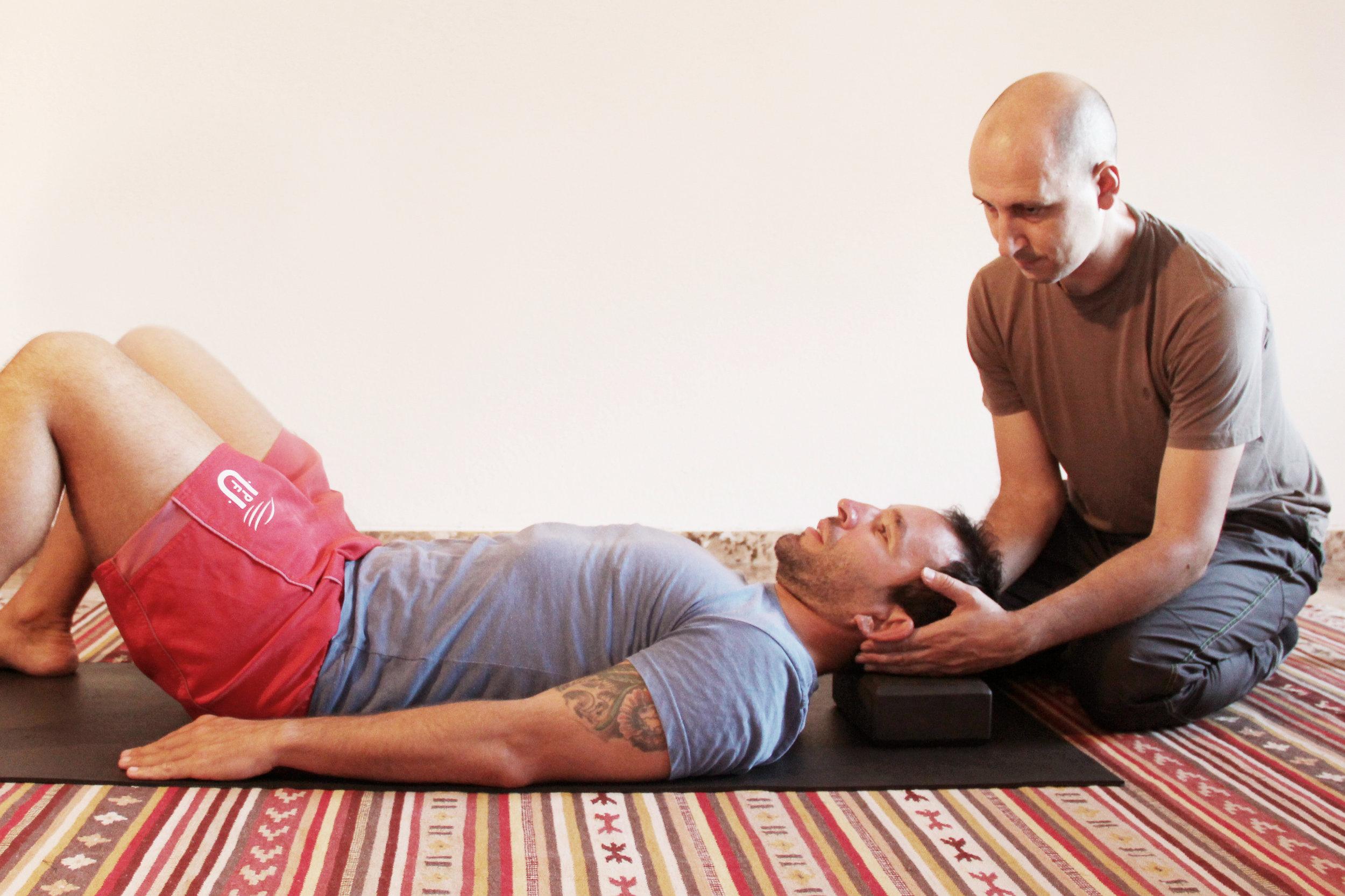 Restableciendo las curvas espinales con el uso de un soporte para el cuello.