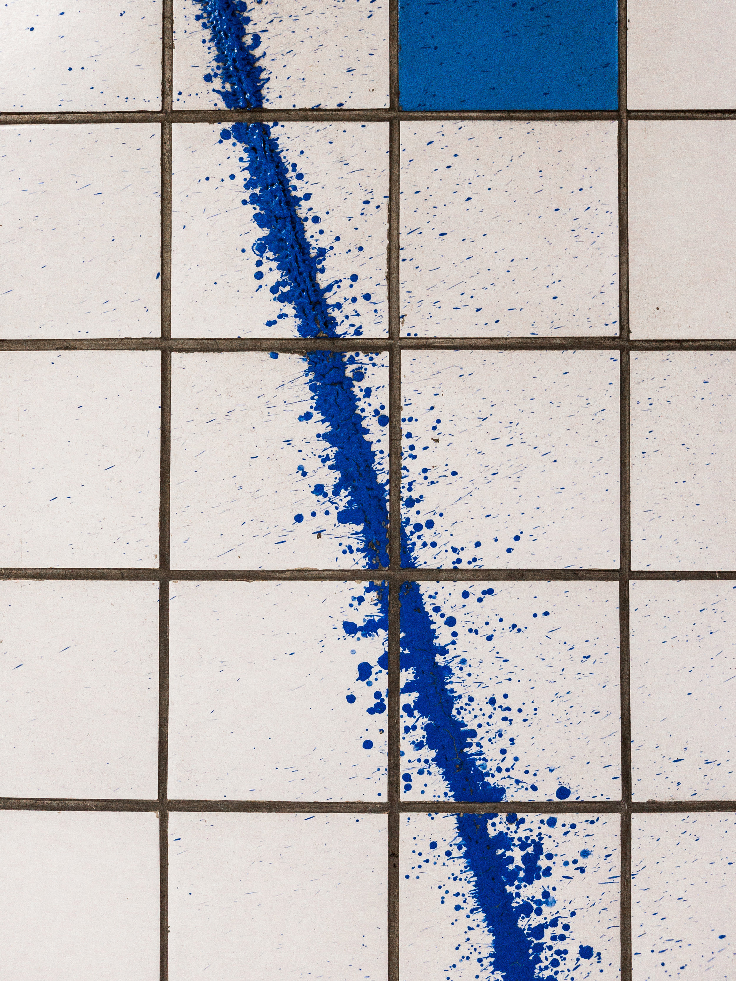 Someone had just splattered this very straight yet messy line over the wall at Chungmuro subway station, using a colour just off that of the accent tiles at an angle that's also a bit off. Really wish I knew what was going on there.