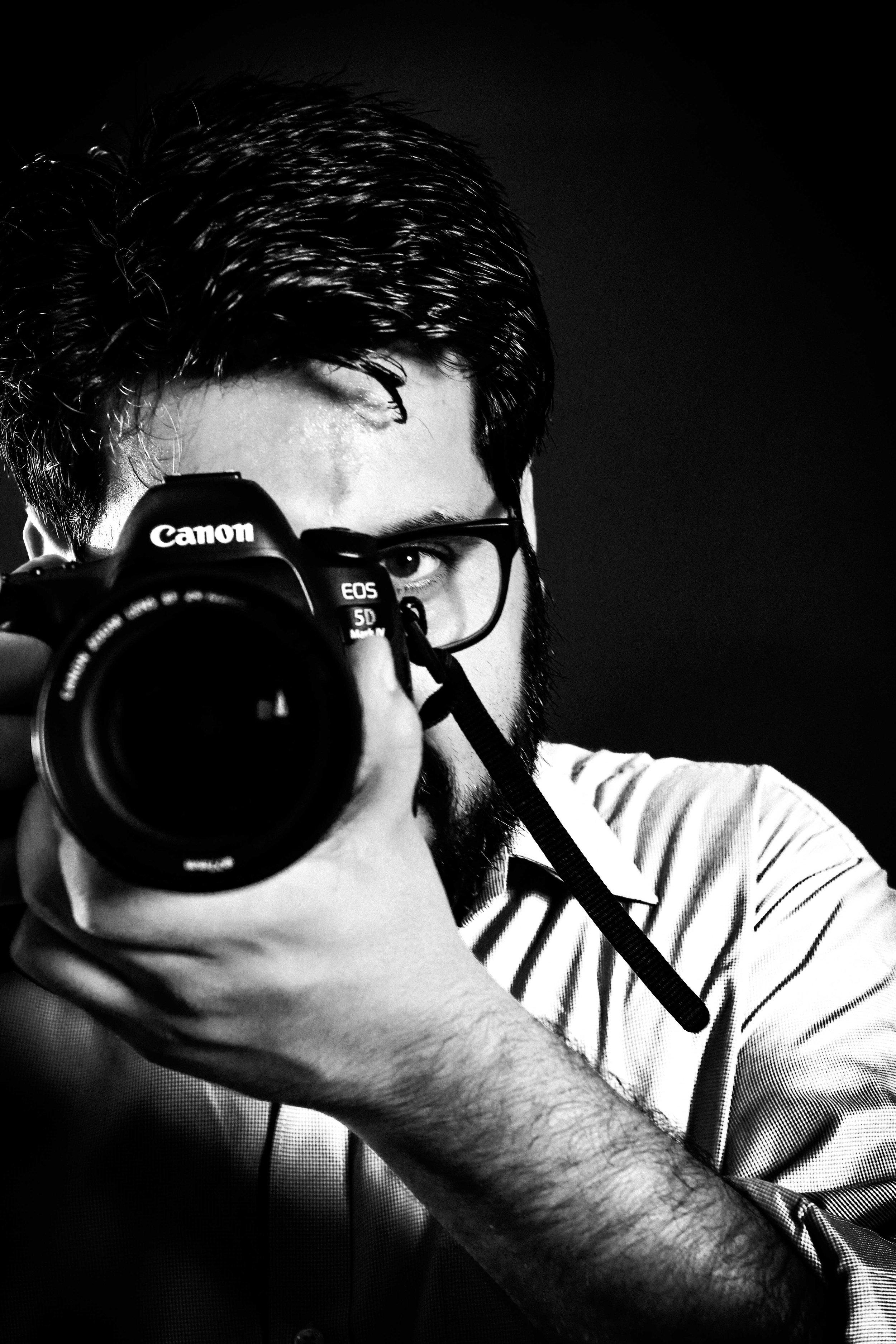 black-and-white-black-background-camera-1265718.jpg