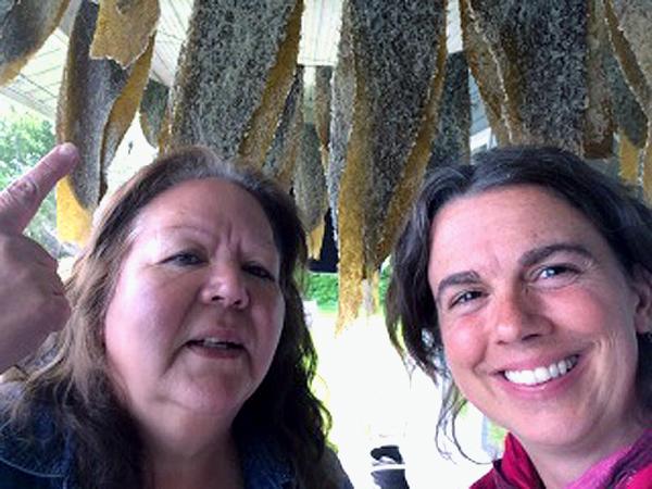 Shelly Crack, du Haida Gwaii Hospital and Health Center et Jenny Cross, détentrice du savoir traditionnel haïda